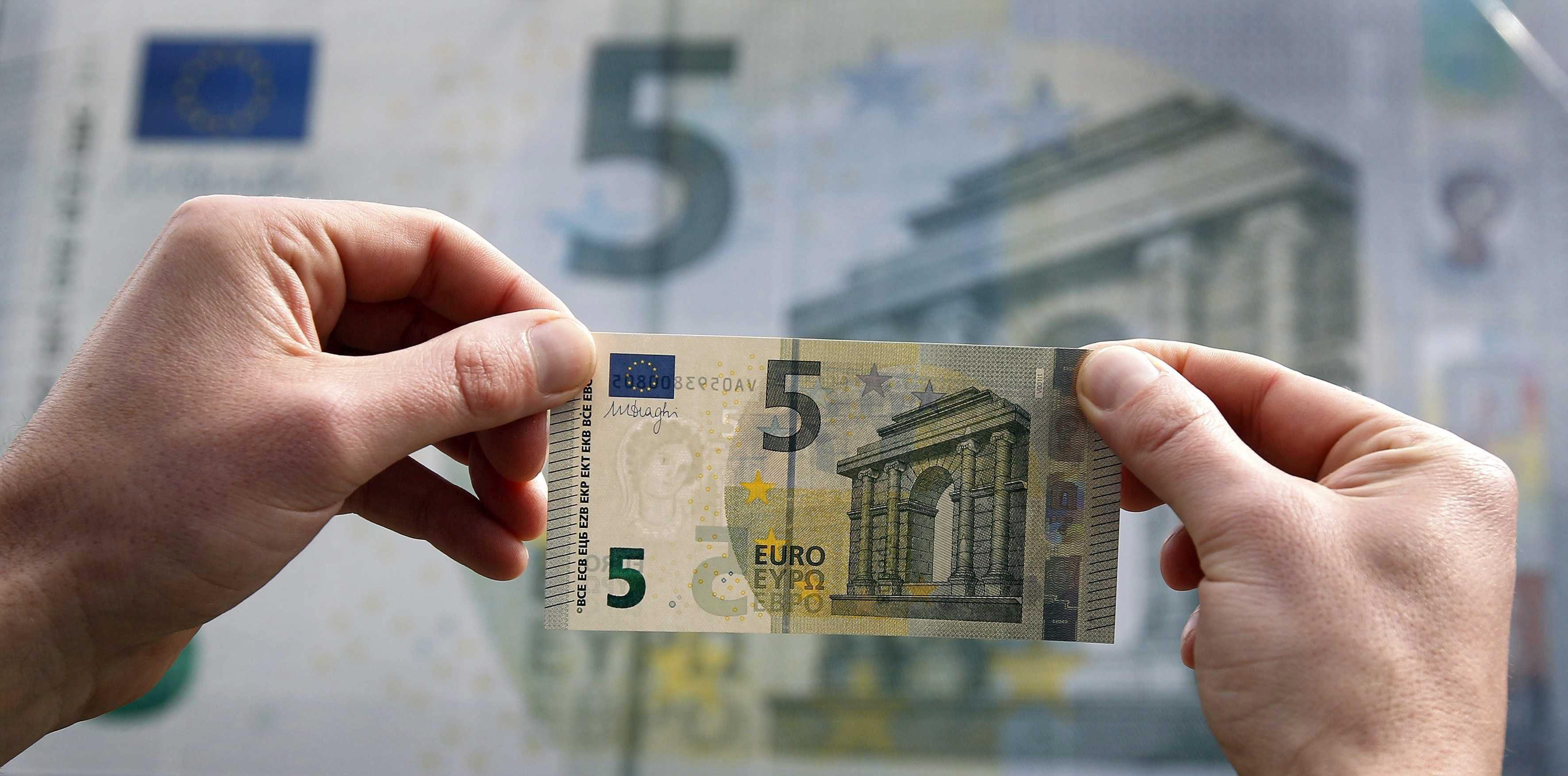 El euro baja a 1,2913 dólares