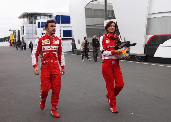 El Ferrari deja tirado a Alonso mientras que los Mercedes dominan