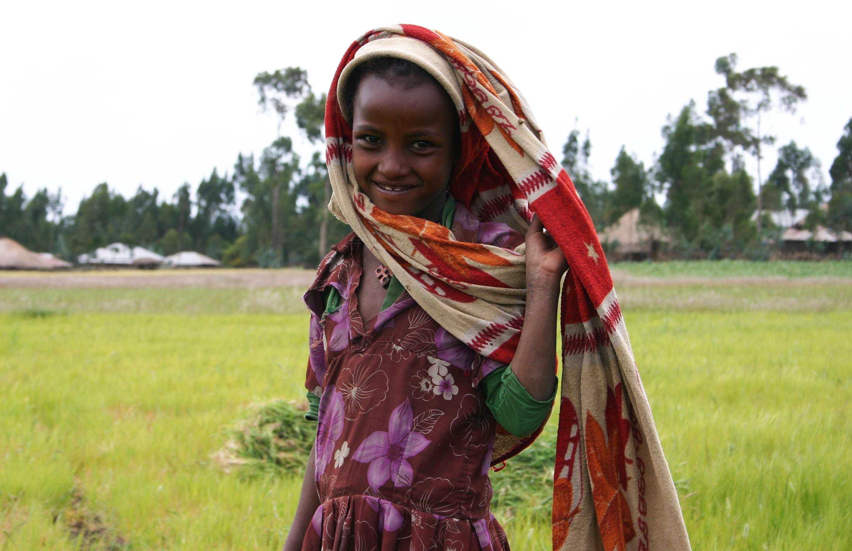 Tres estudiantes diseñan una mochila flexible para transportar agua en África