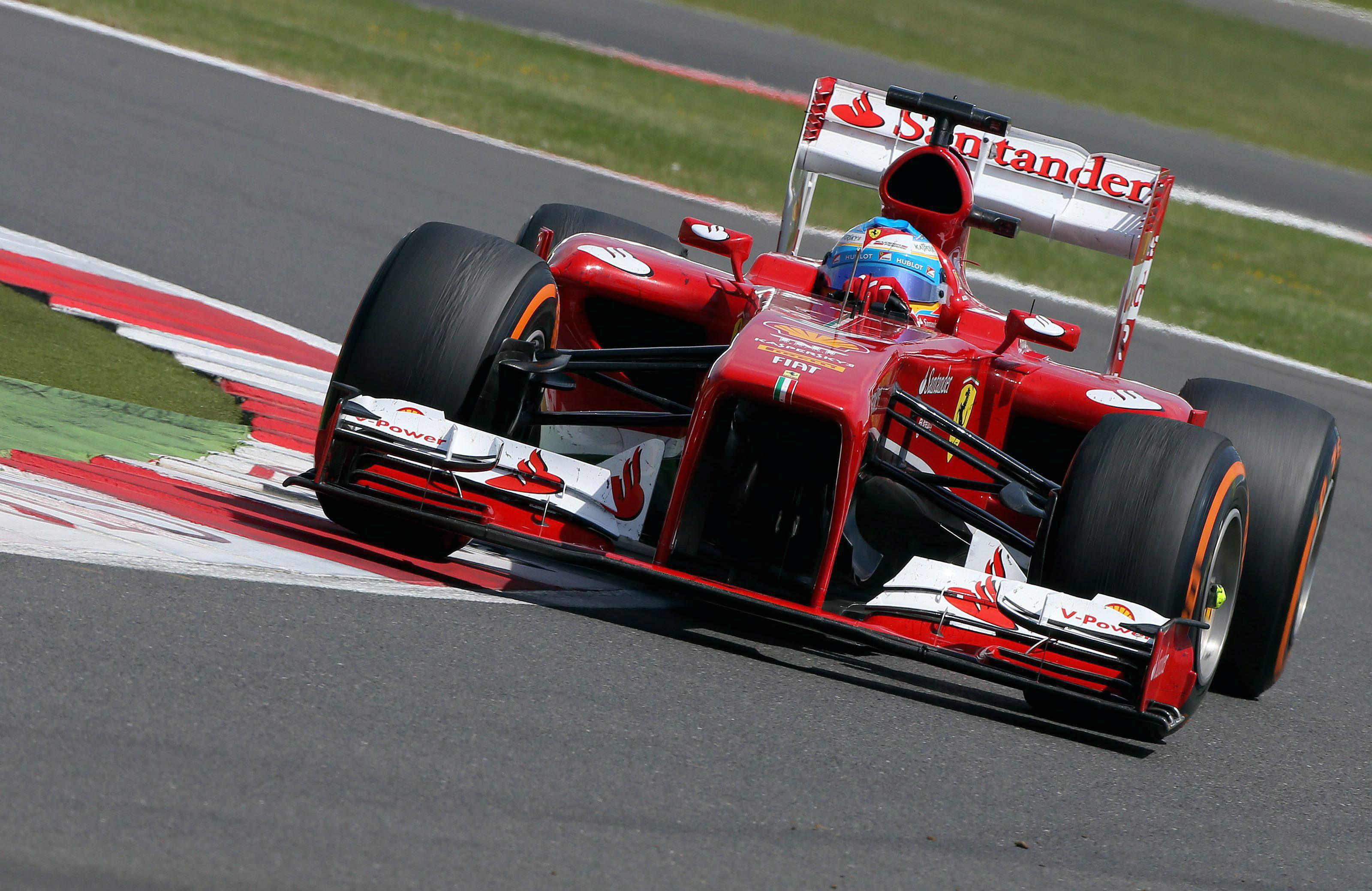 Hamilton marca el mejor tiempo en la primera sesión libre, con avería de Alonso