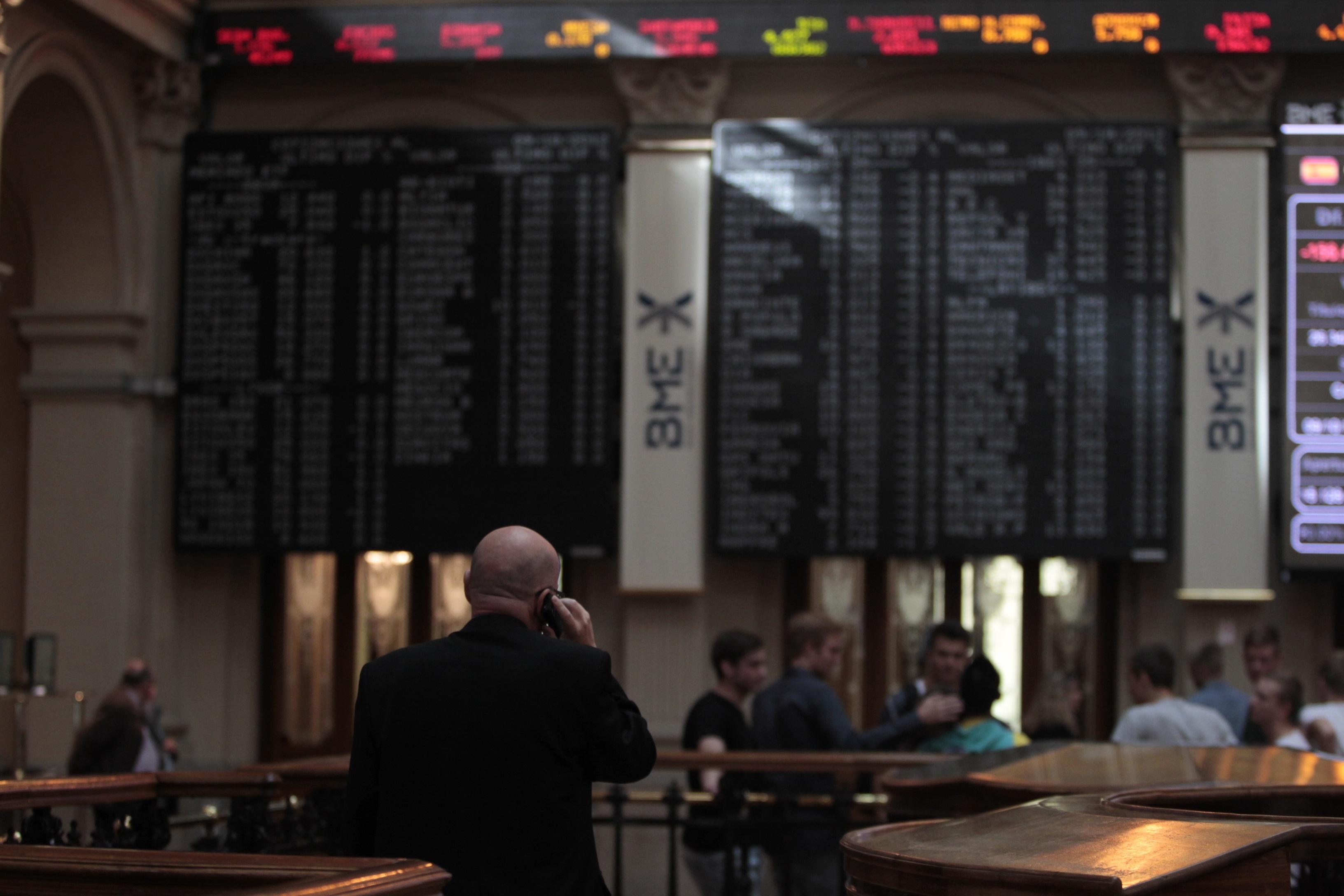 El Ibex cede un 0,52%, pero mantiene los 7.900 enteros, con la prima por debajo de los 300 puntos