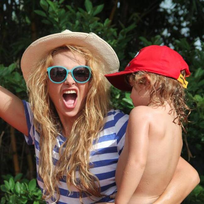 Paulina Rubio celebra el verano con su hijo