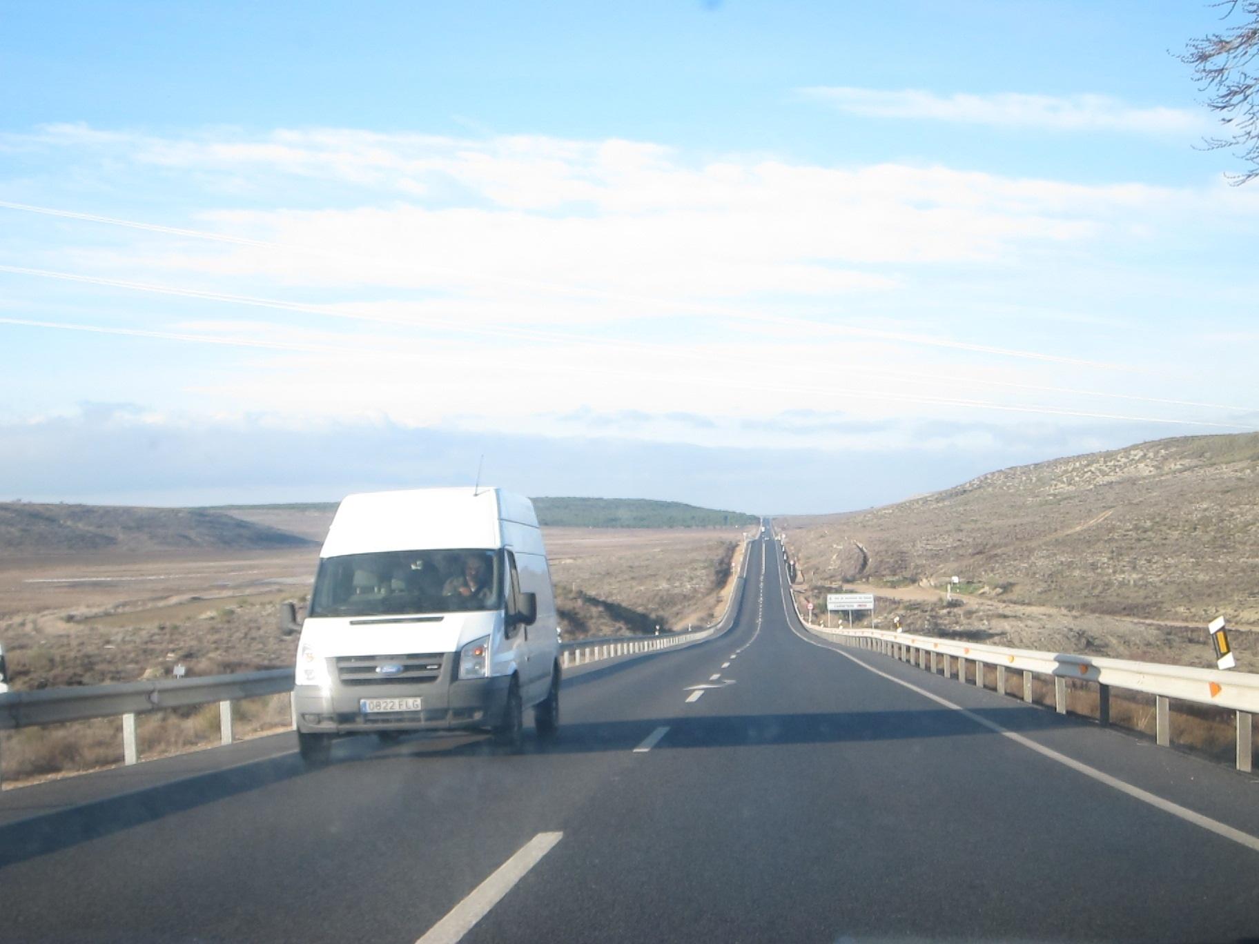 Realizar una puesta a punto del vehículo y circular con el depósito de combustible lleno, consejos del 112 para viajes