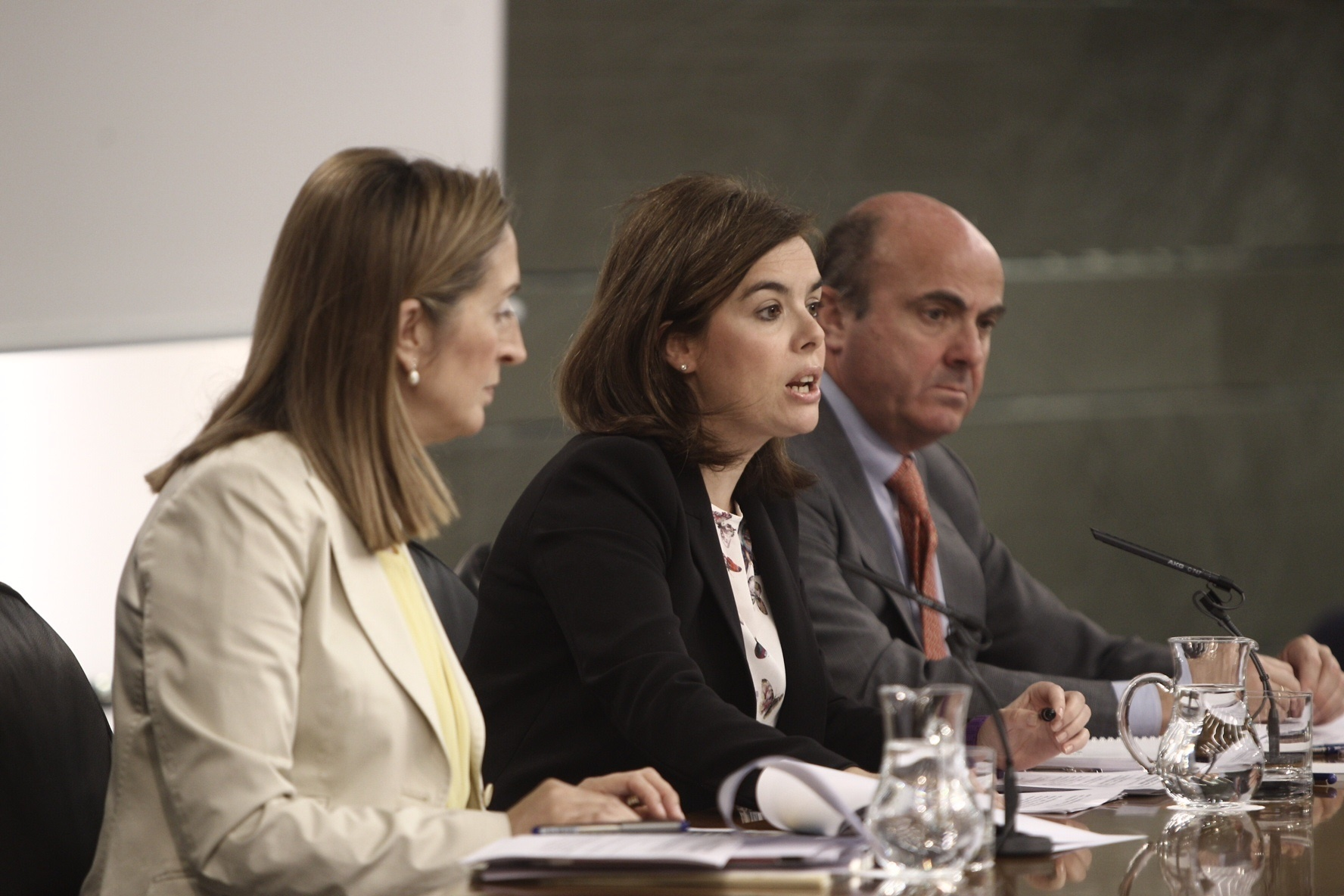 Santamaría pide al PSOE que haga lo mismo que el Gobierno, respetar las resoluciones judiciales