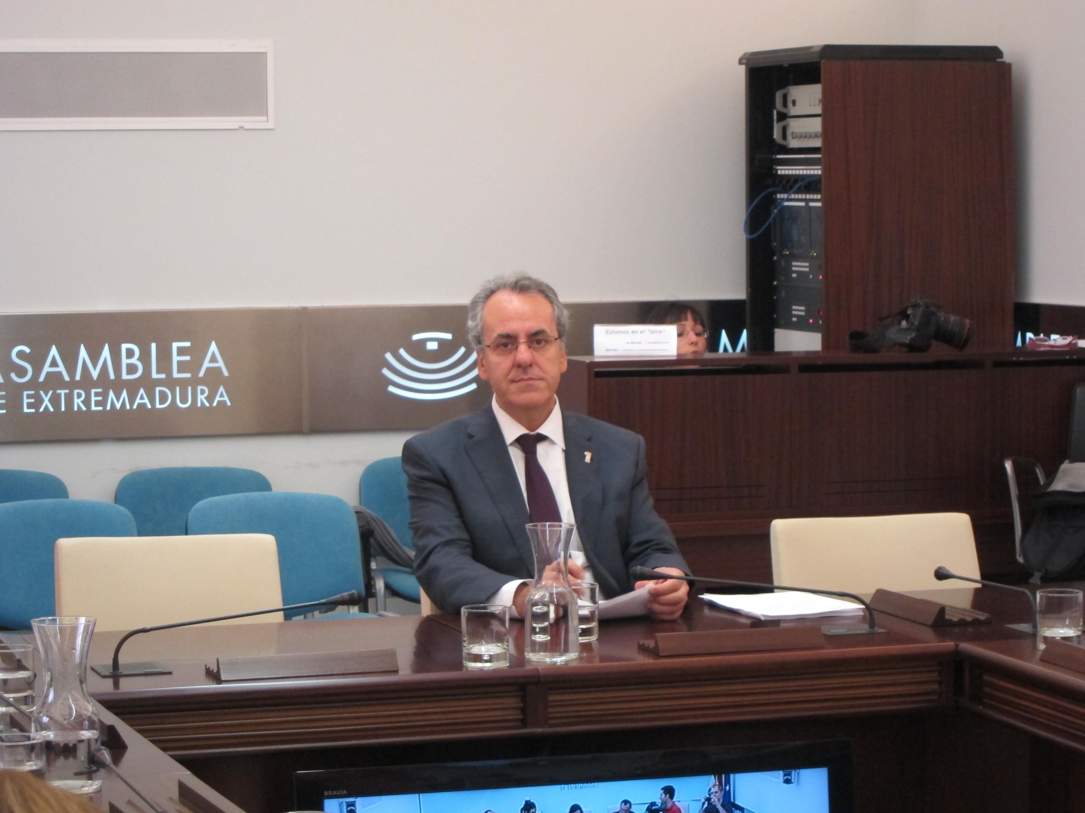El rector de la UEx advierte al Gobierno regional que cada recorte presupuestario se traducirá en despido de profesores