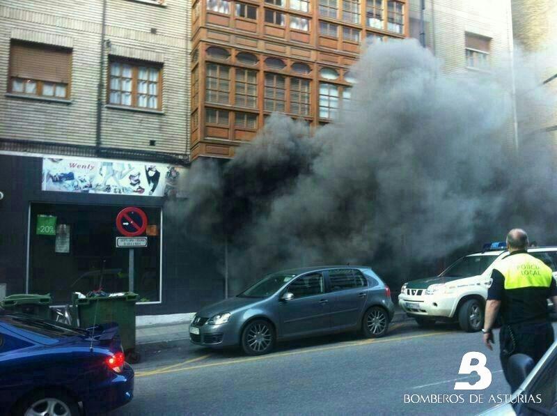 Un incendio en un bajo comercial obliga a desalojar un edificio en Cangas del Narcea