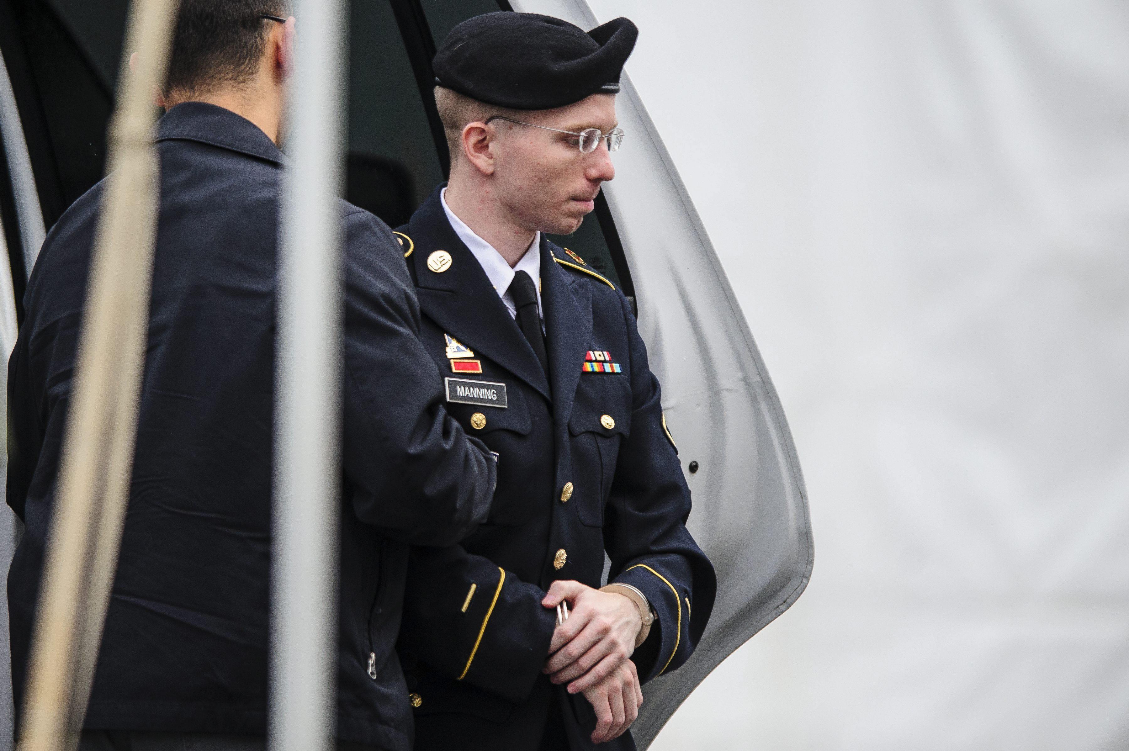 La defensa de Manning pide que se retiren los cargos de ayudar al enemigo