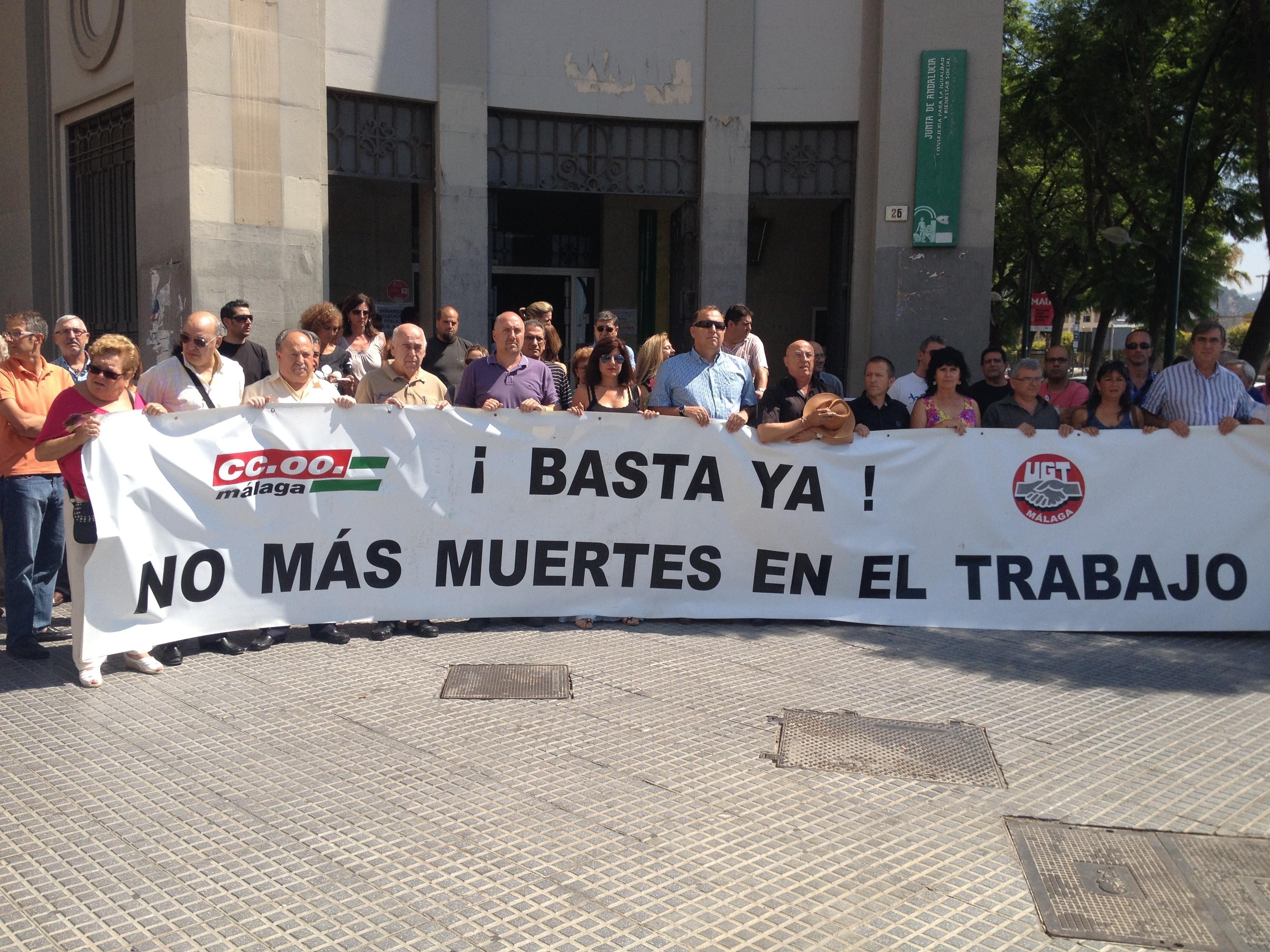 CCOO y UGT se concentran en protesta por el accidente laboral mortal en Antequera y exigen más vigilancia