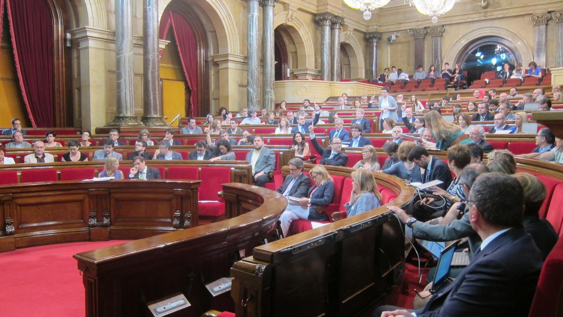 El Parlamento catalán celebra la liberación de las dos cooperantes españolas