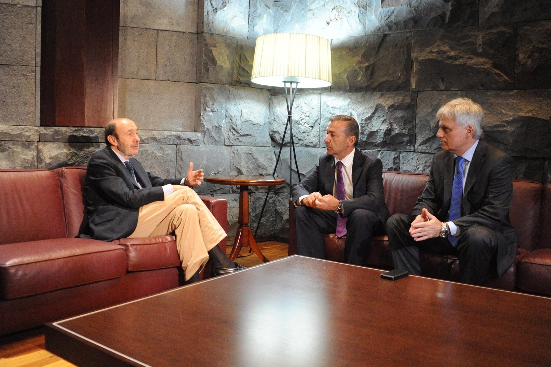 Rubalcaba: «No hay ninguna duda de que el Gobierno maltrata a Canarias»