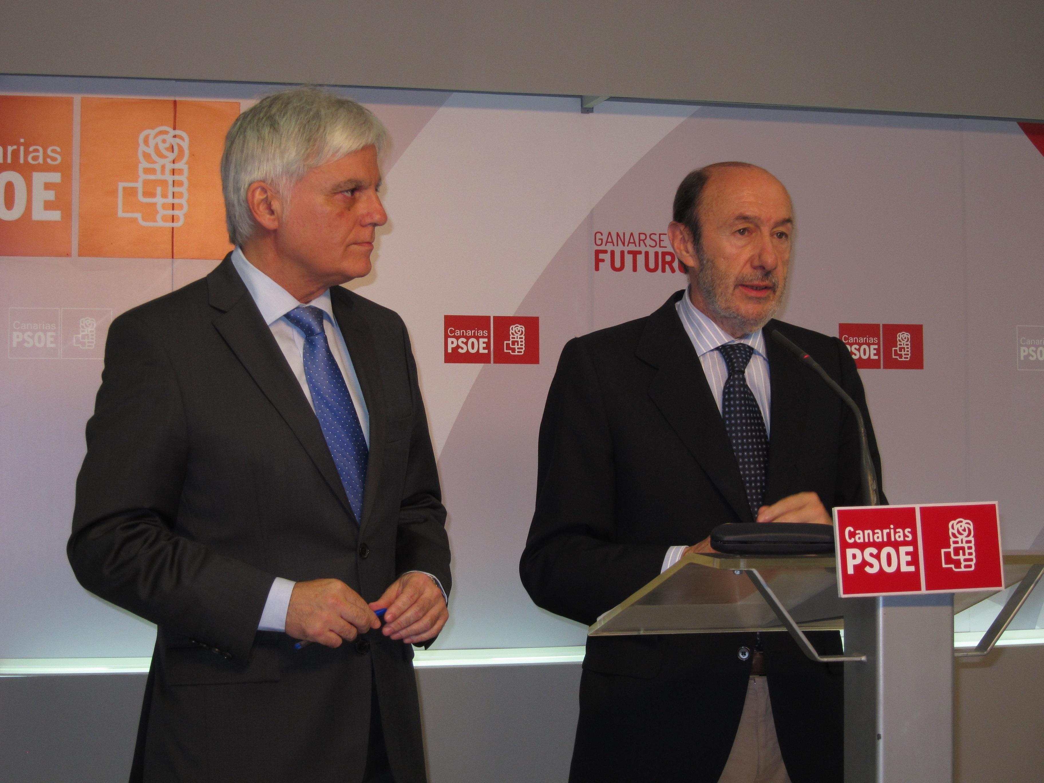 Rubalcaba se siente «satisfecho» con el pacto CC-PSOE pese a las «cortapisas» del Estado