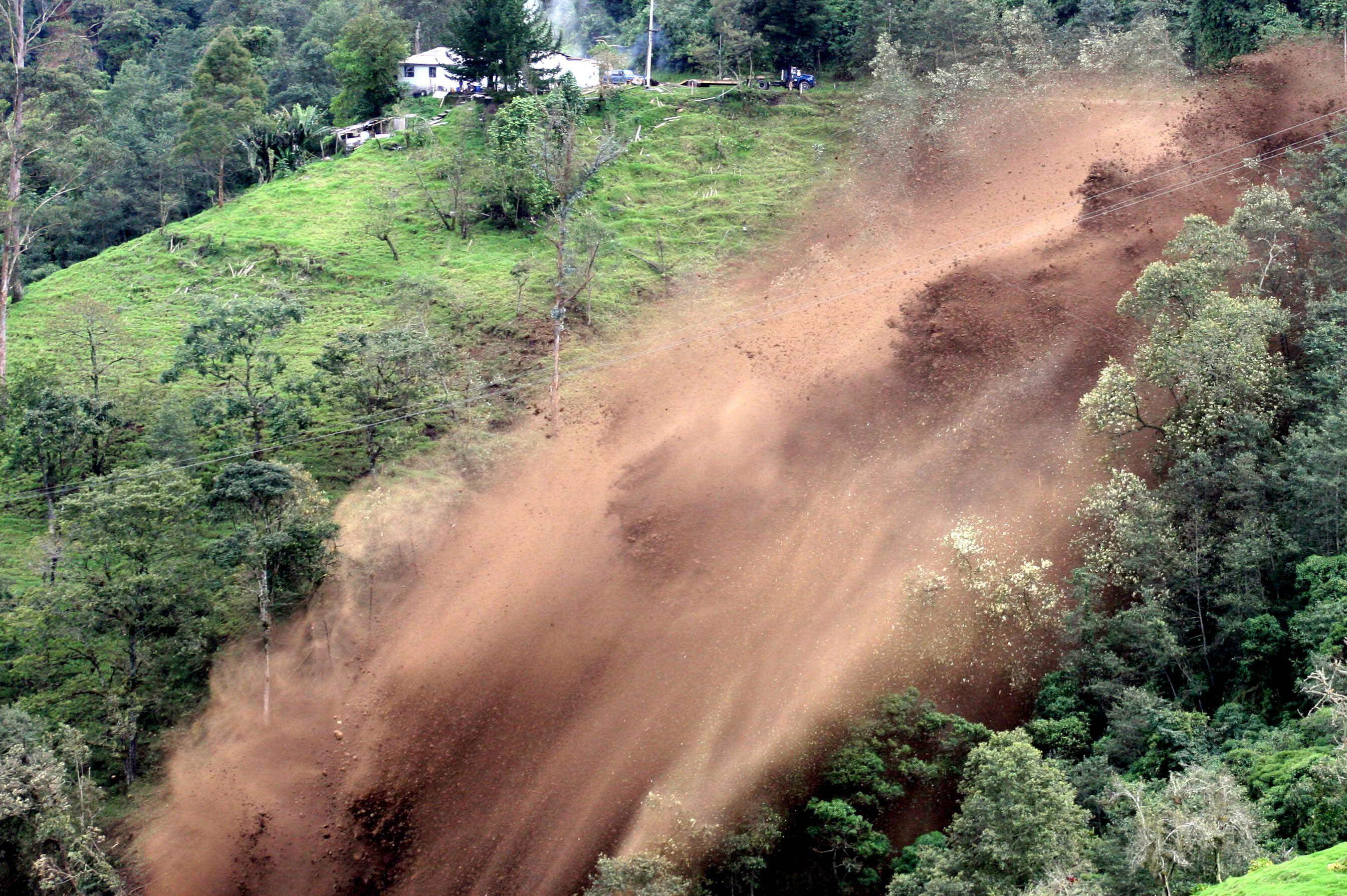 Sube a cuatro el número de muertos por un alud en una carretera de Colombia