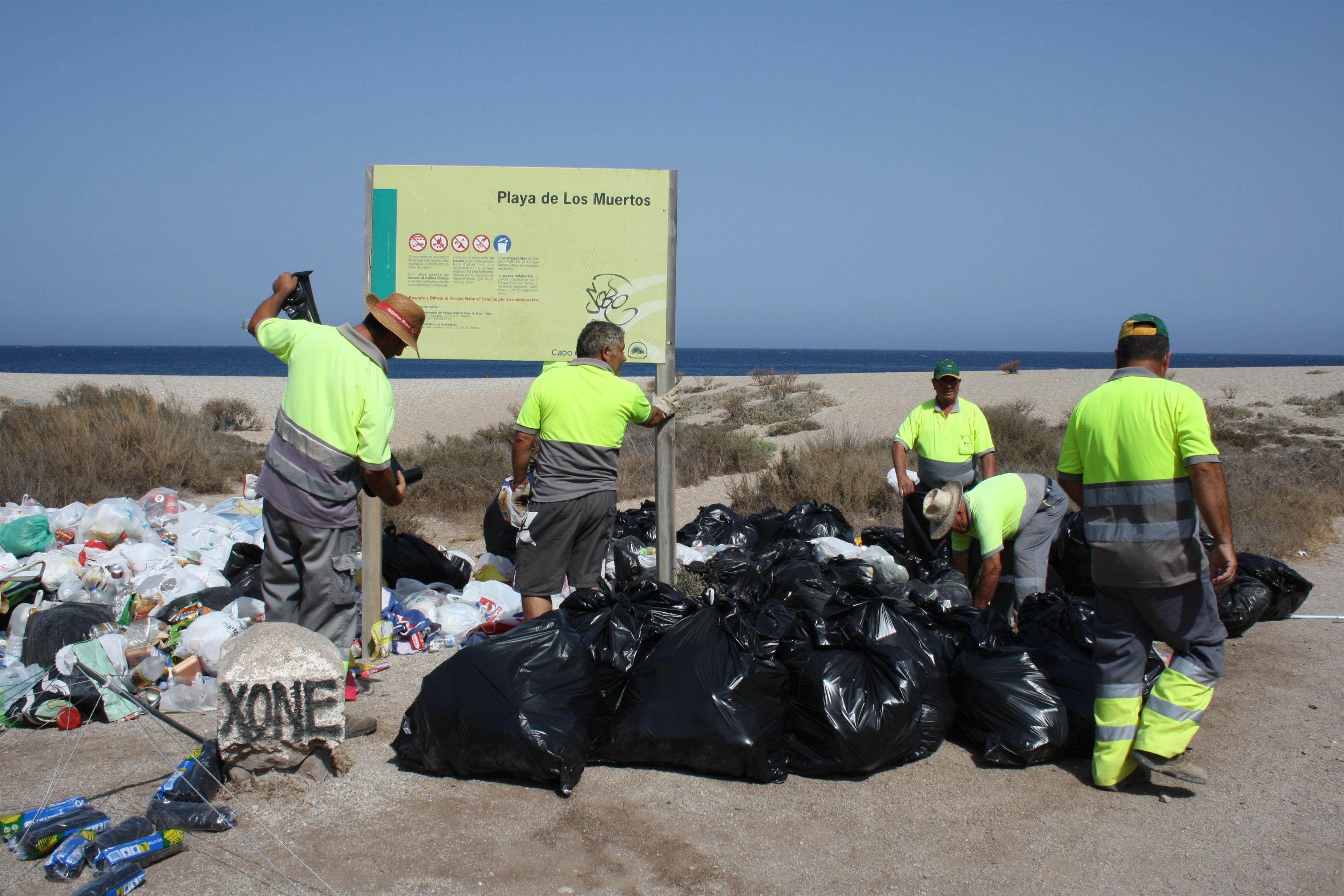 El Ayuntamiento de Carboneras «redobla» esfuerzos para limpiar diariamente la Playa de los Muertos