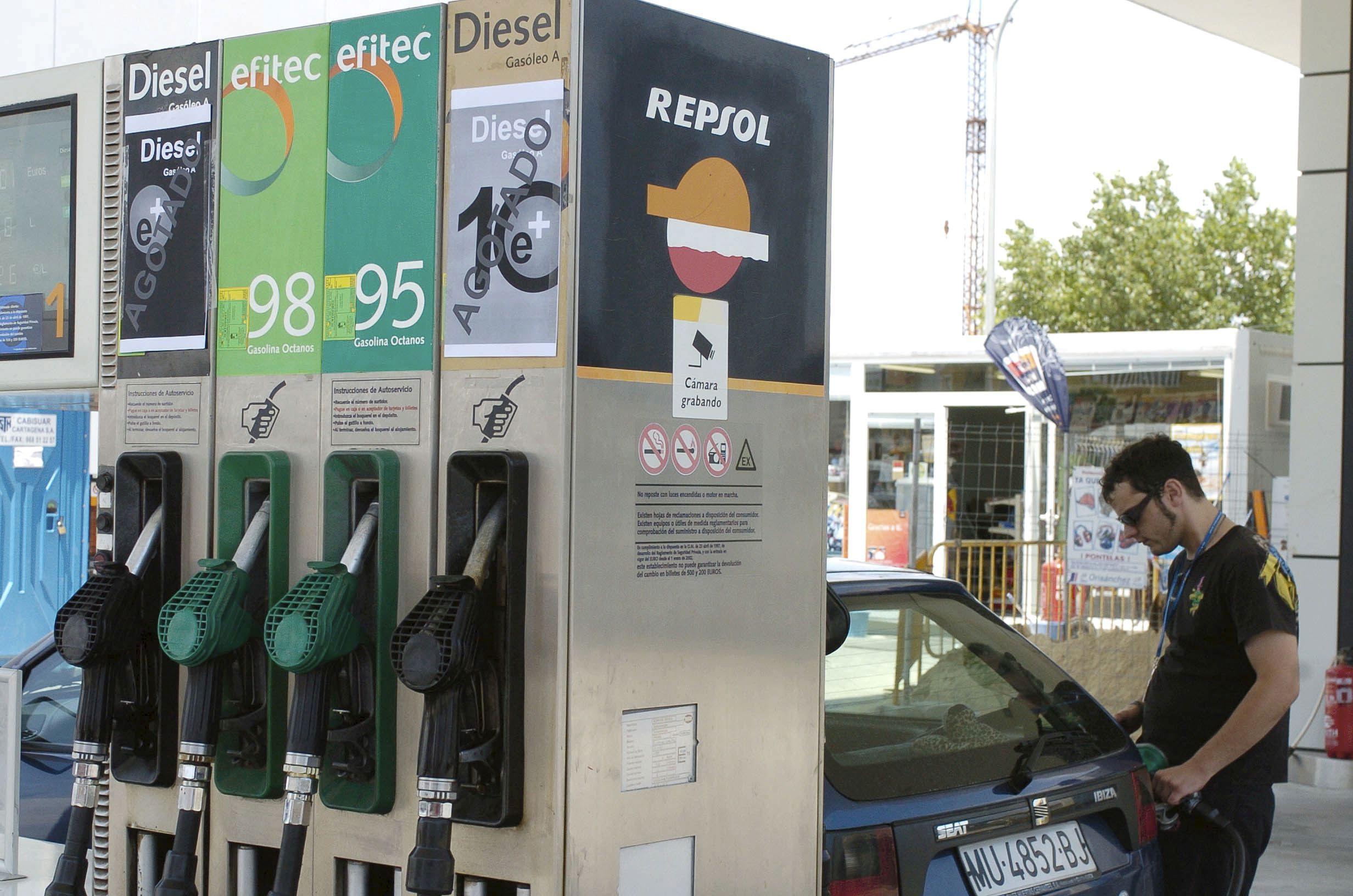 El CNE apunta a un «efecto viernes» en carburantes tras la estrategia de Repsol