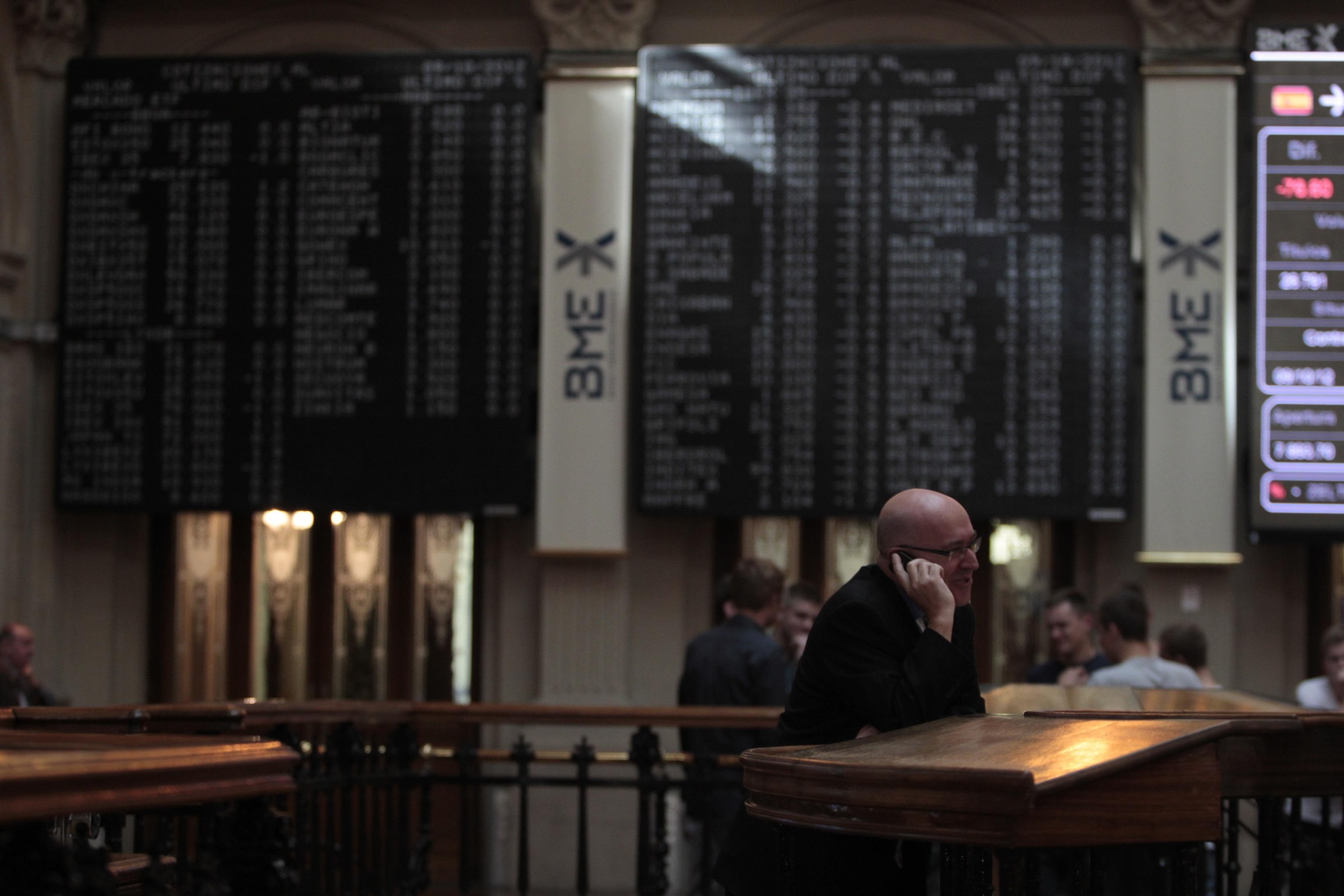 El Ibex pierde un 0,14% y aguanta por encima de los 7.900 enteros, con la prima en 314,8 puntos