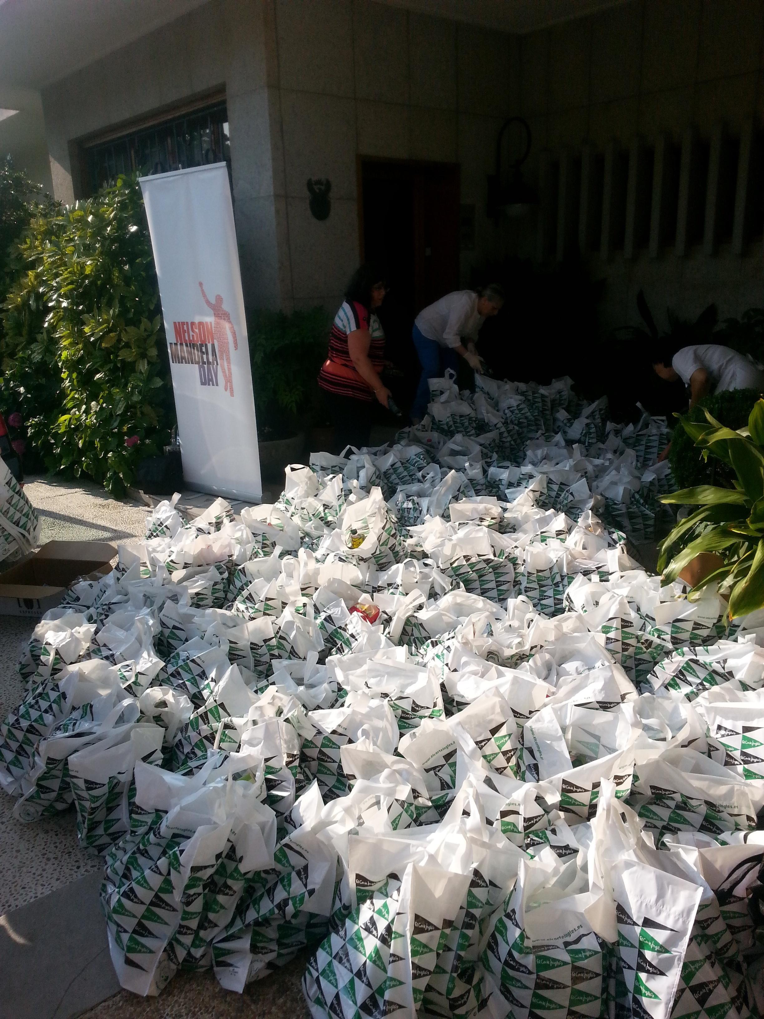 El Corte Inglés dona 700 kilos de alimentos a la Embajada de Sudáfrica en España por el Día Internacional de Mandela