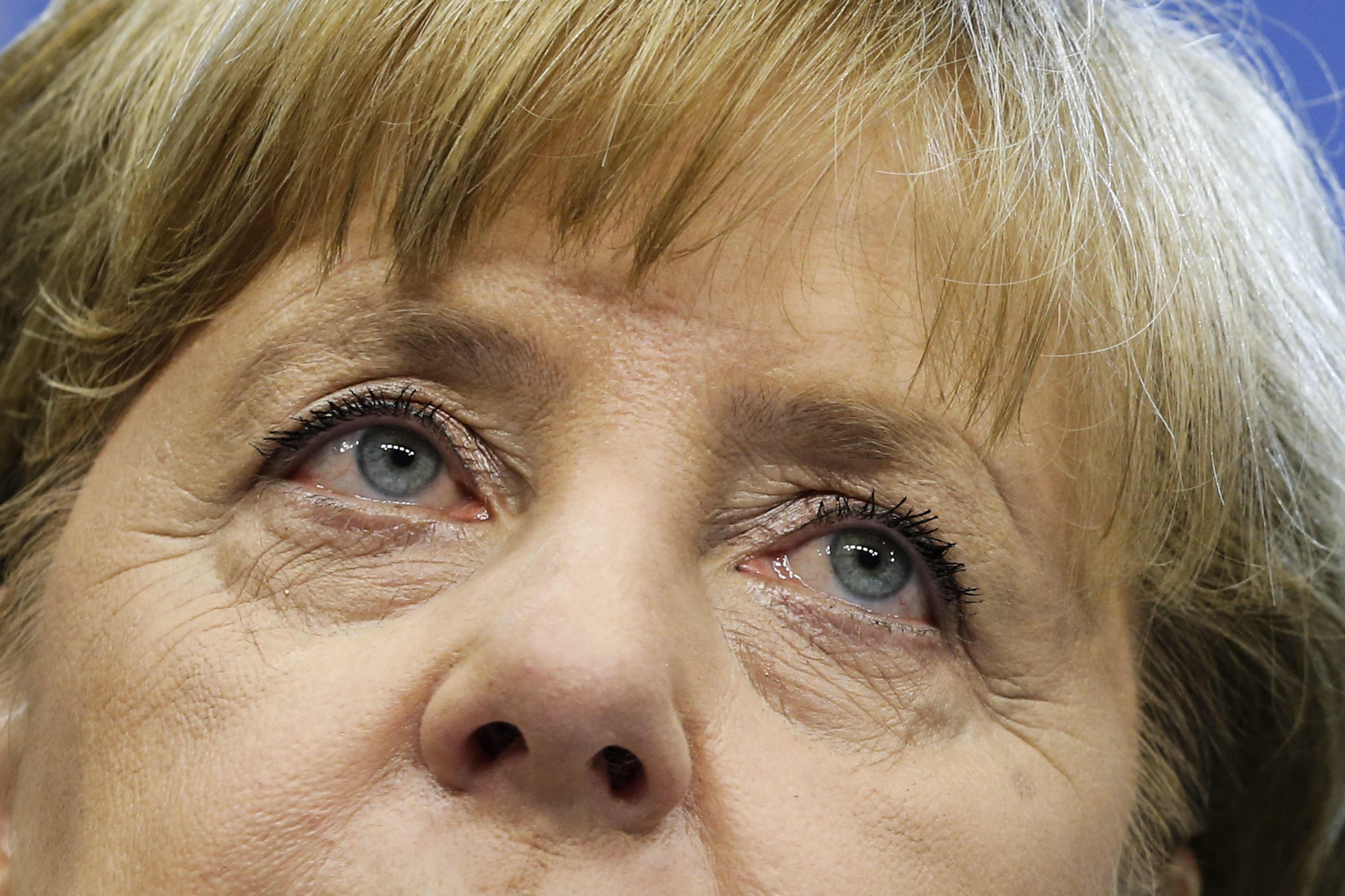 Merkel reconoce que tardó en darse cuenta de problemas de la banca europea