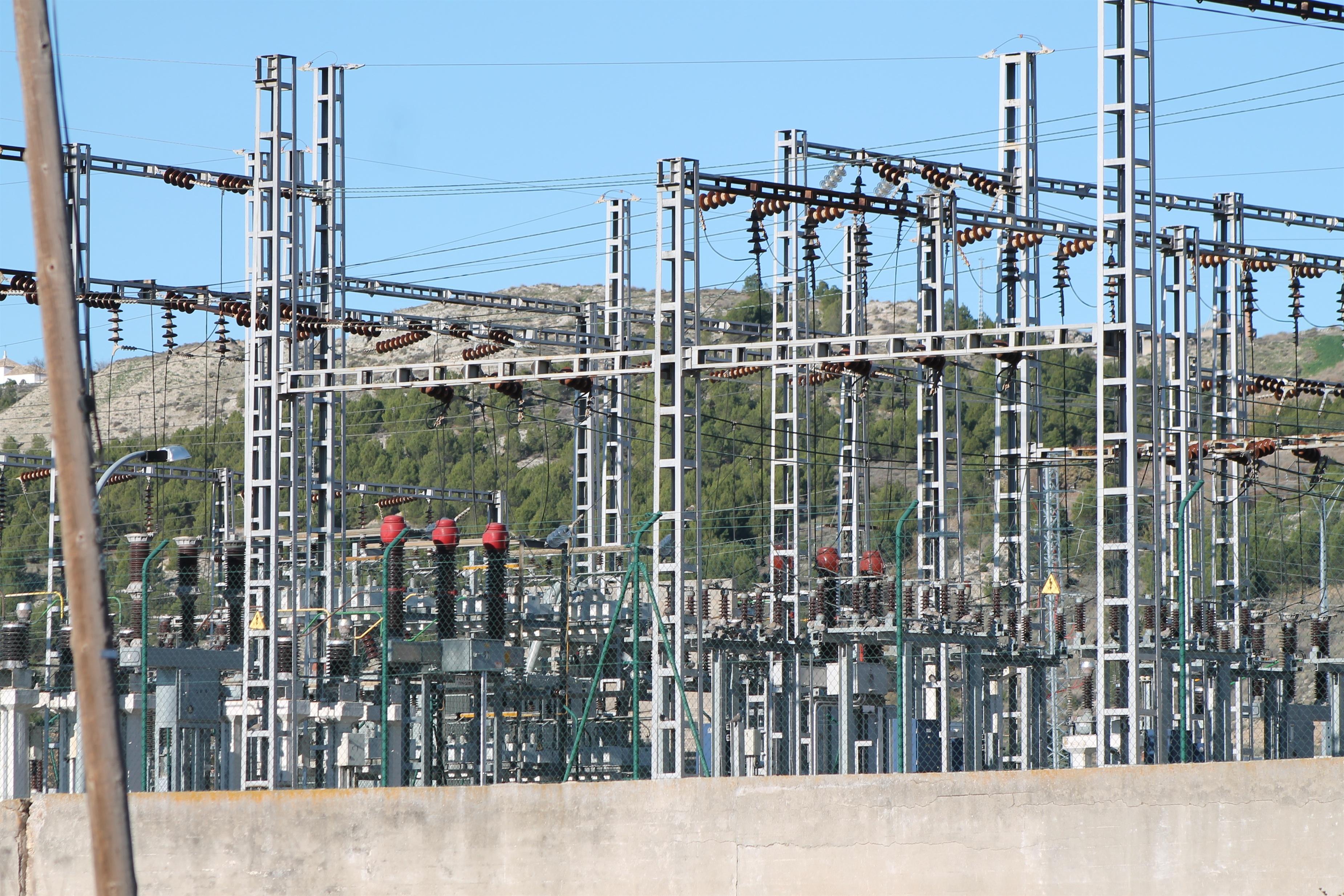 PSOE propone en su reforma alternativa revisar las subastas eléctricas y acabar con retroactividades