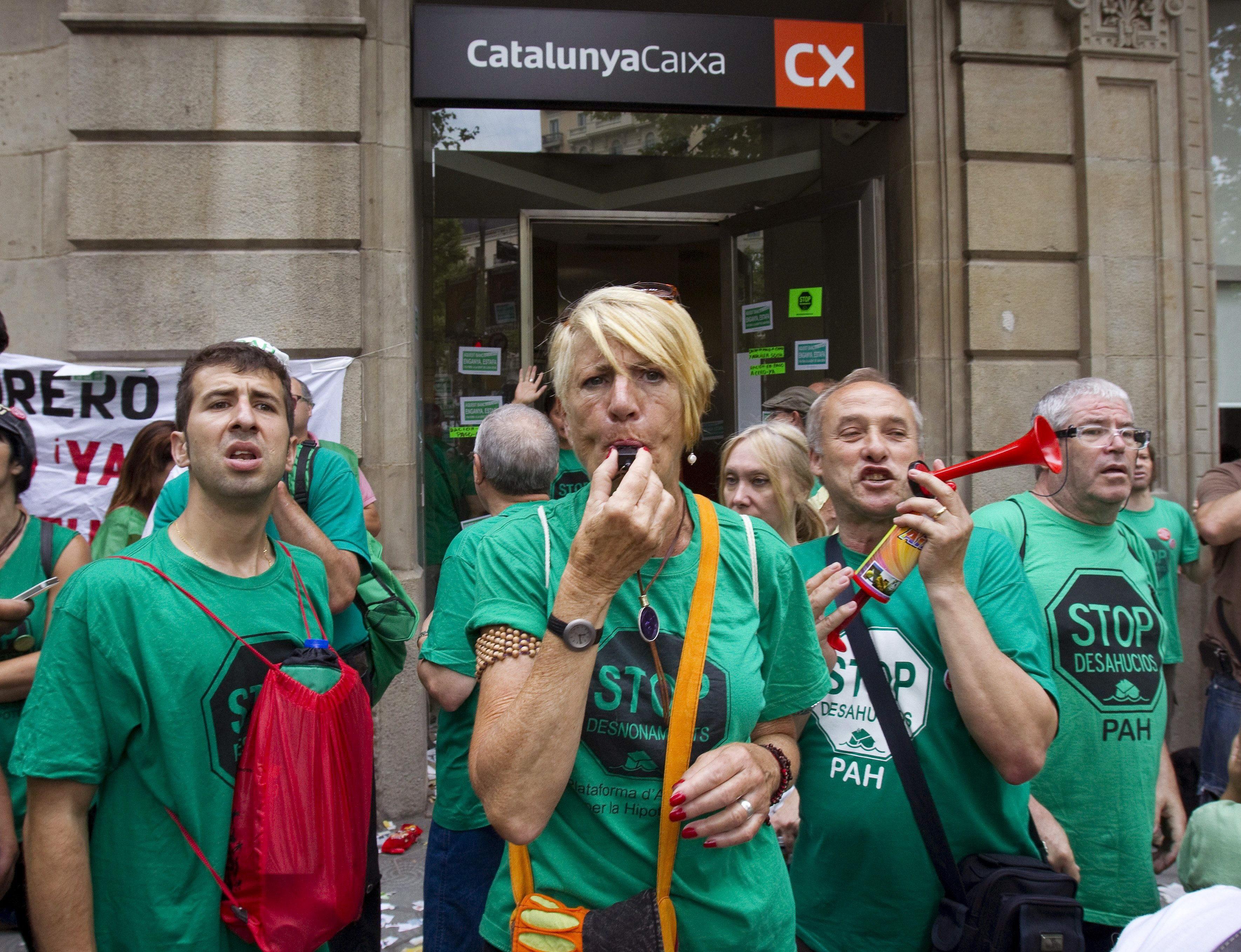 Plataforma de Afectados por la Hipoteca ocupa una sucursal de CatalunyaCaixa