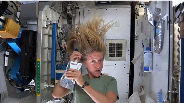 La astronauta Karen Nyberg muestra en un vídeo como se lava el pelo
