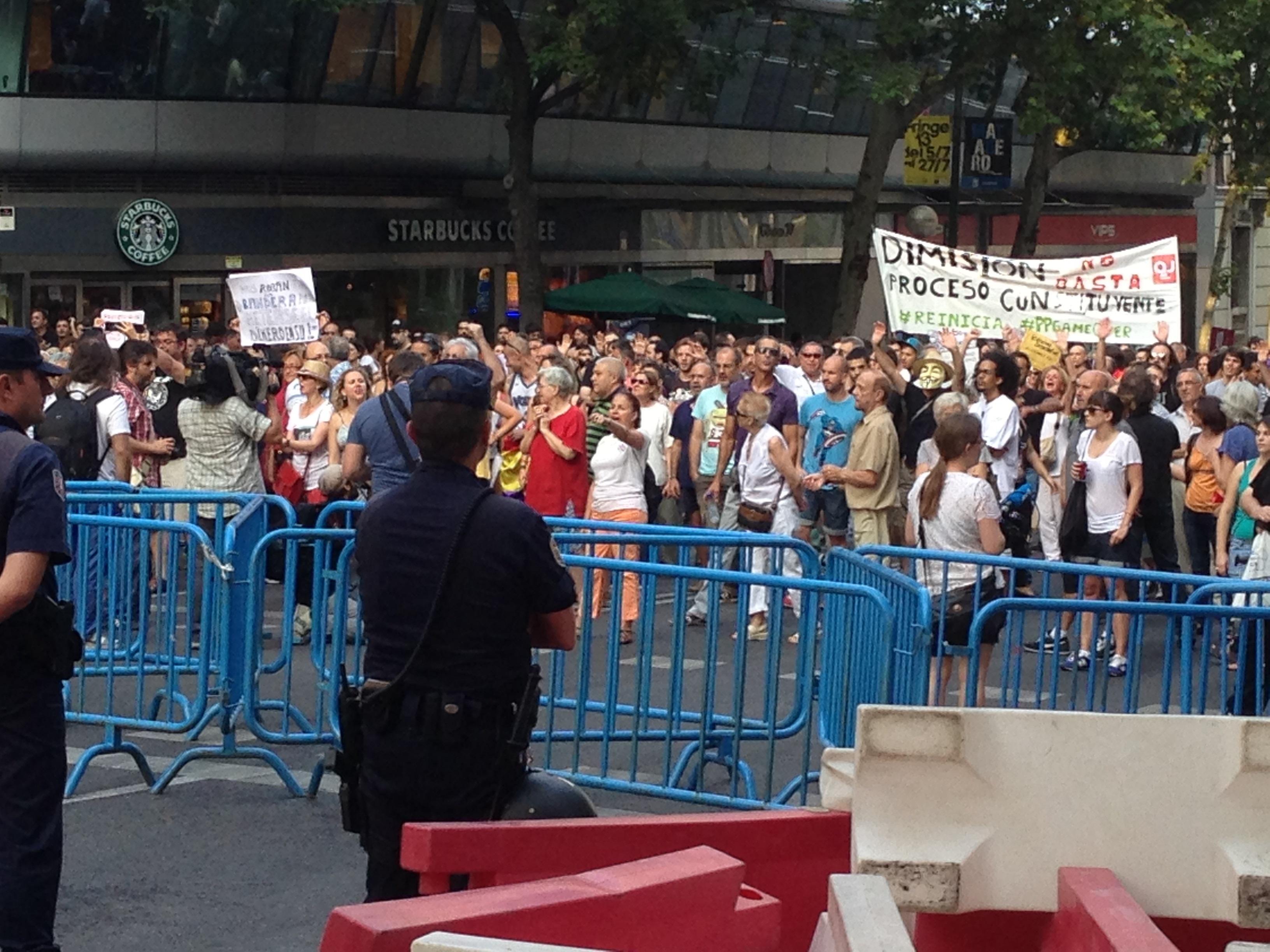 Dos detenidos y 13 heridos en la protesta ante Génova para pedir la dimisión de Rajoy