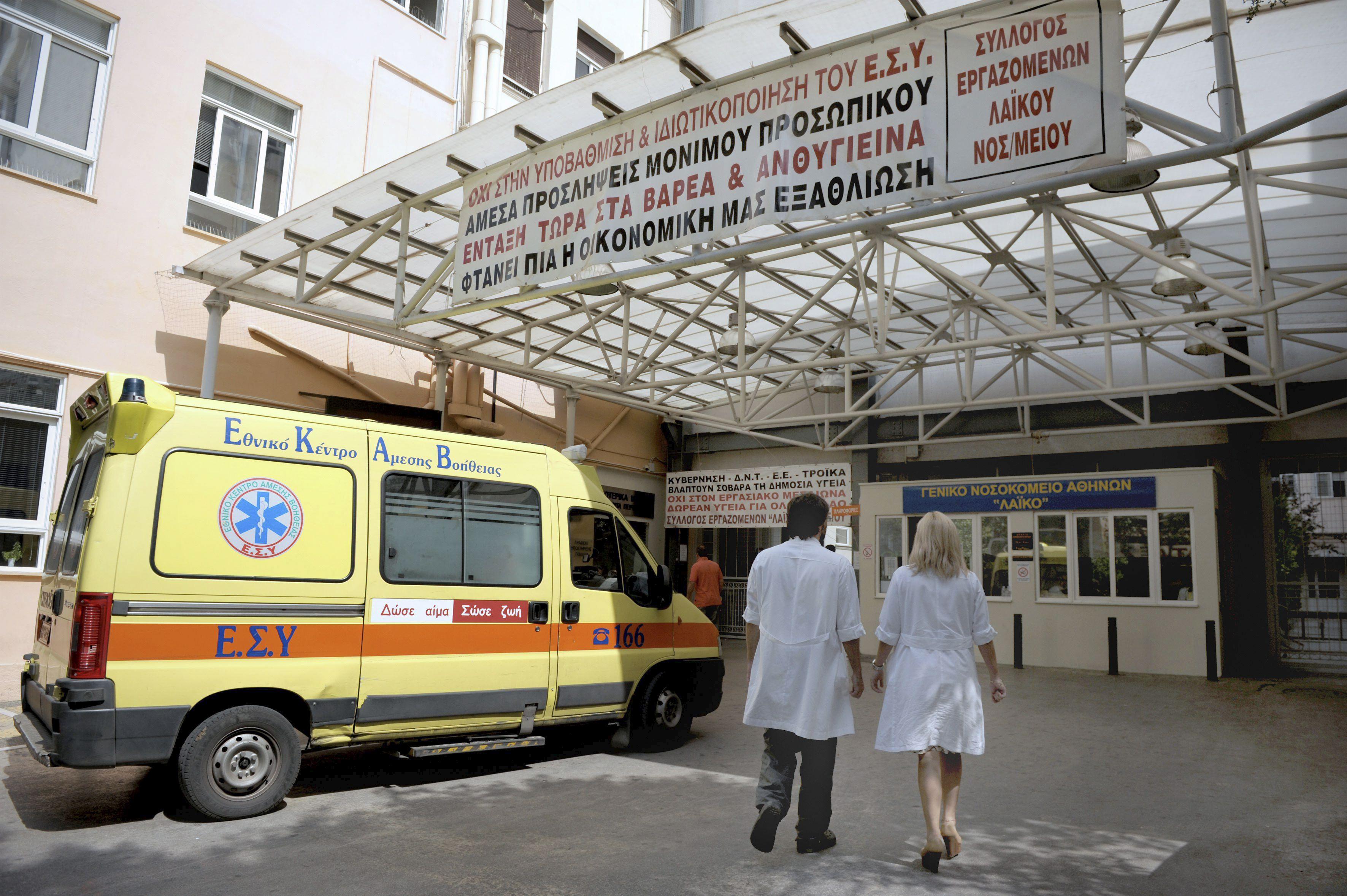 El ministro griego de Sanidad atacado por trabajadores de un hospital que cerrará