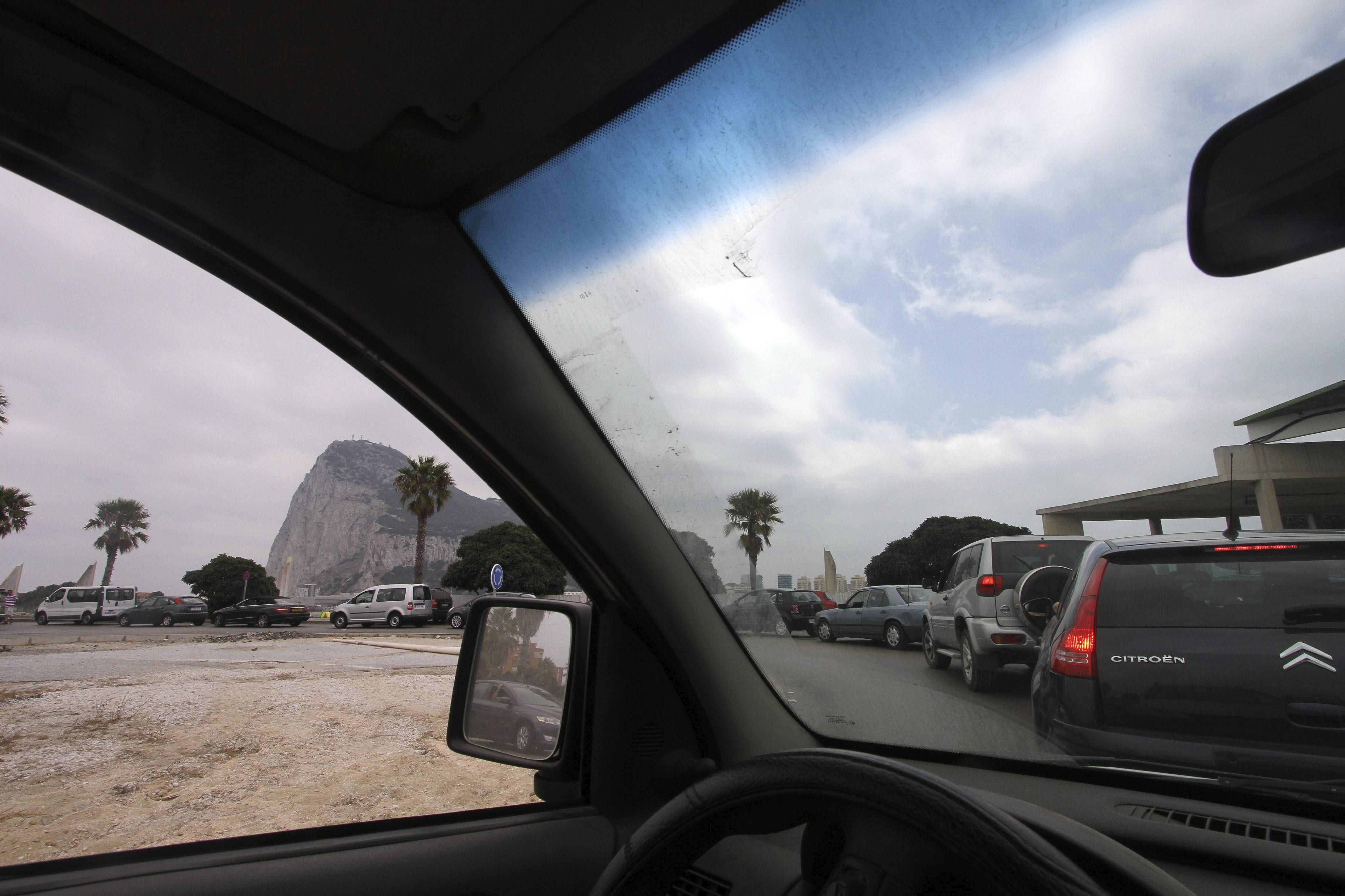 Las colas para entrar en Gibraltar se reducen a media hora esta mañana