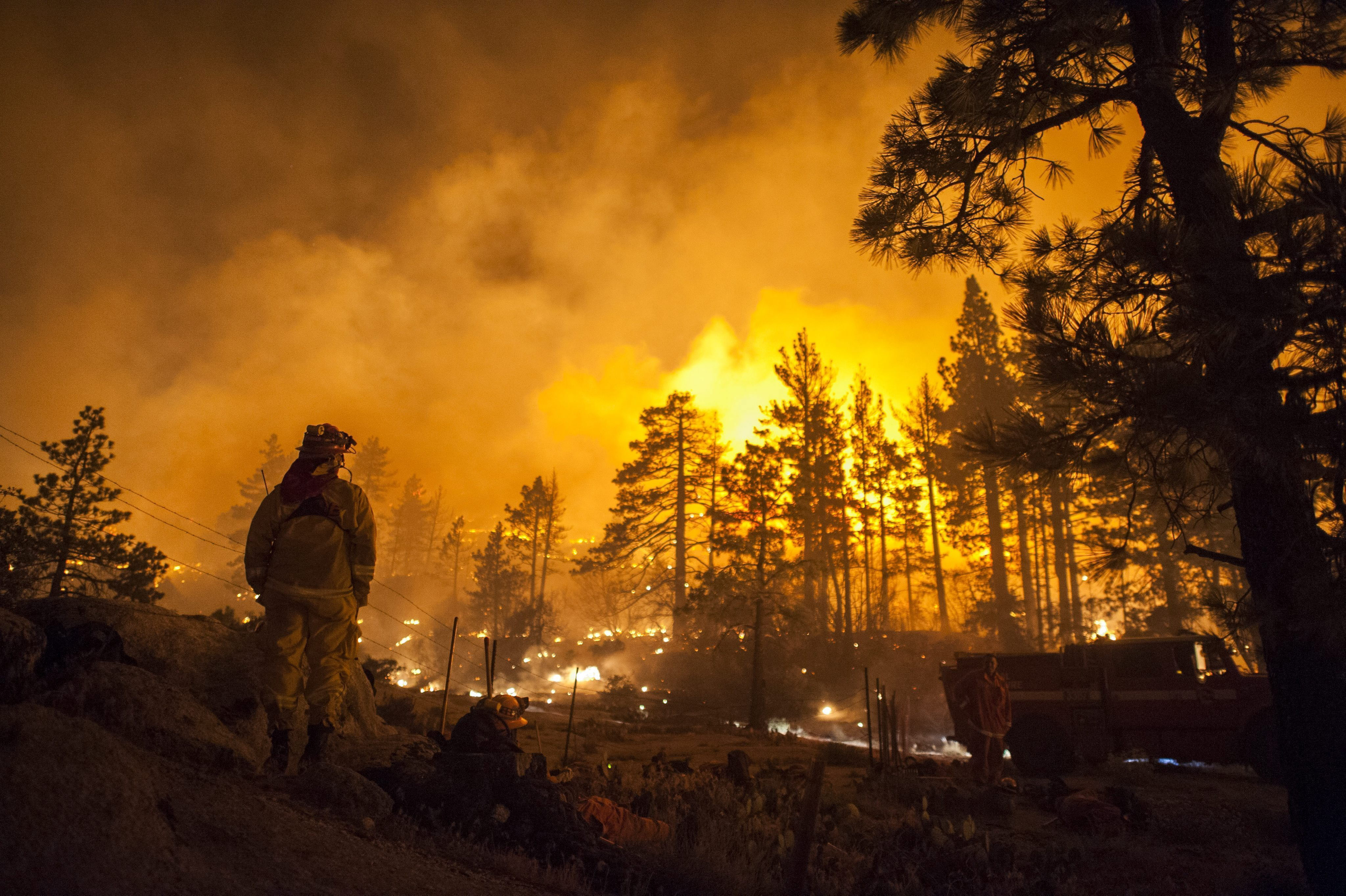 Un gran incendio fuera de control se desata cerca del parque Yosemite de EE.UU.
