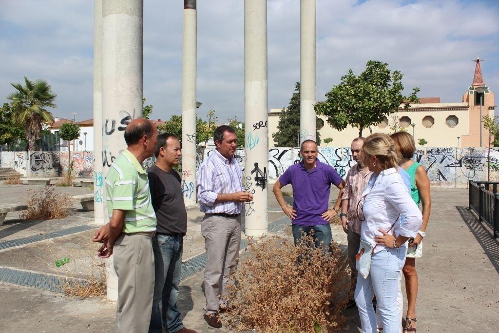 PSOE alerta del «abandono» de la Plaza del Cementerio de Sevilla Este, donde Zoido «prometió» un plan integral