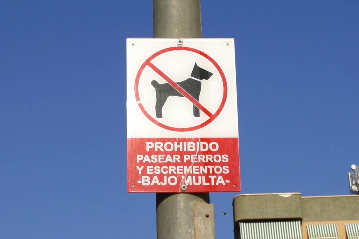 El Refugio lamenta un cartel en Águilas (Murcia) que prohíbe pasear perros