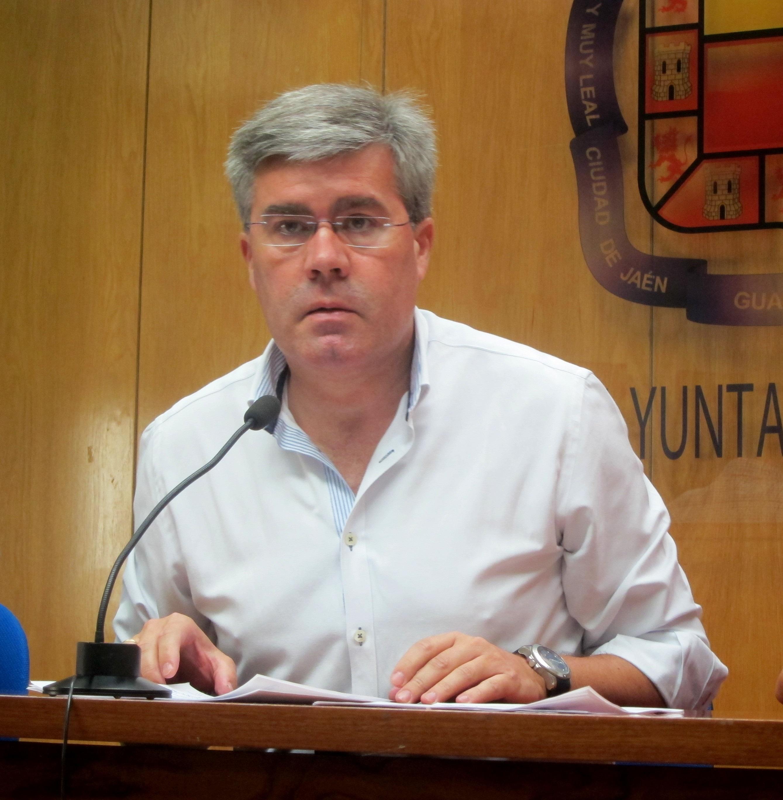 El alcalde, que tiene «colmadas» sus «apetencias políticas», asegura que su «compromiso» está con la capital