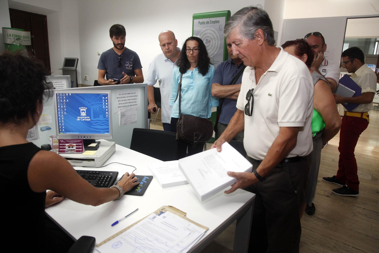 »Cartaya Pública» entrega en el Ayuntamiento 2.500 firmas contra la privatización de agua y basura