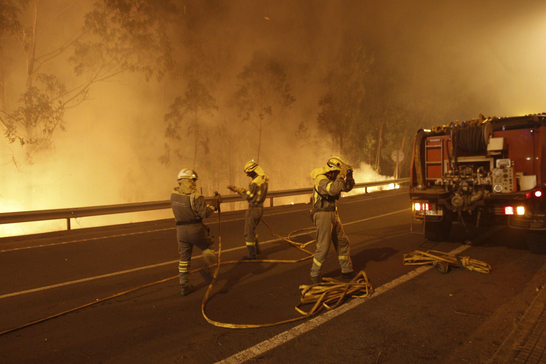 Continúa activo el fuego de Ribeira y desactivado el nivel 1 en Oia