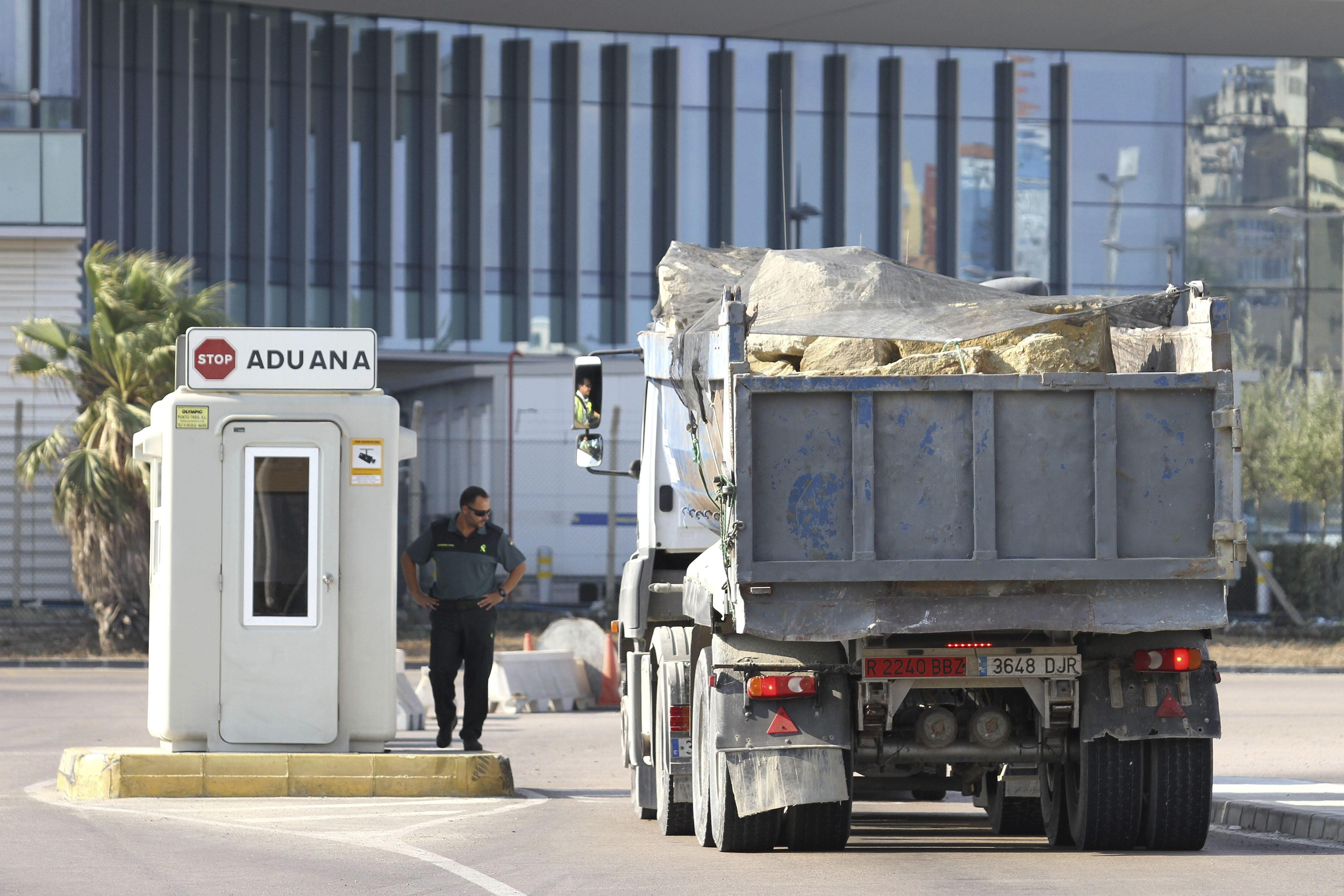 Gibraltar condena el bloqueo de España al suministro de piedras y arena