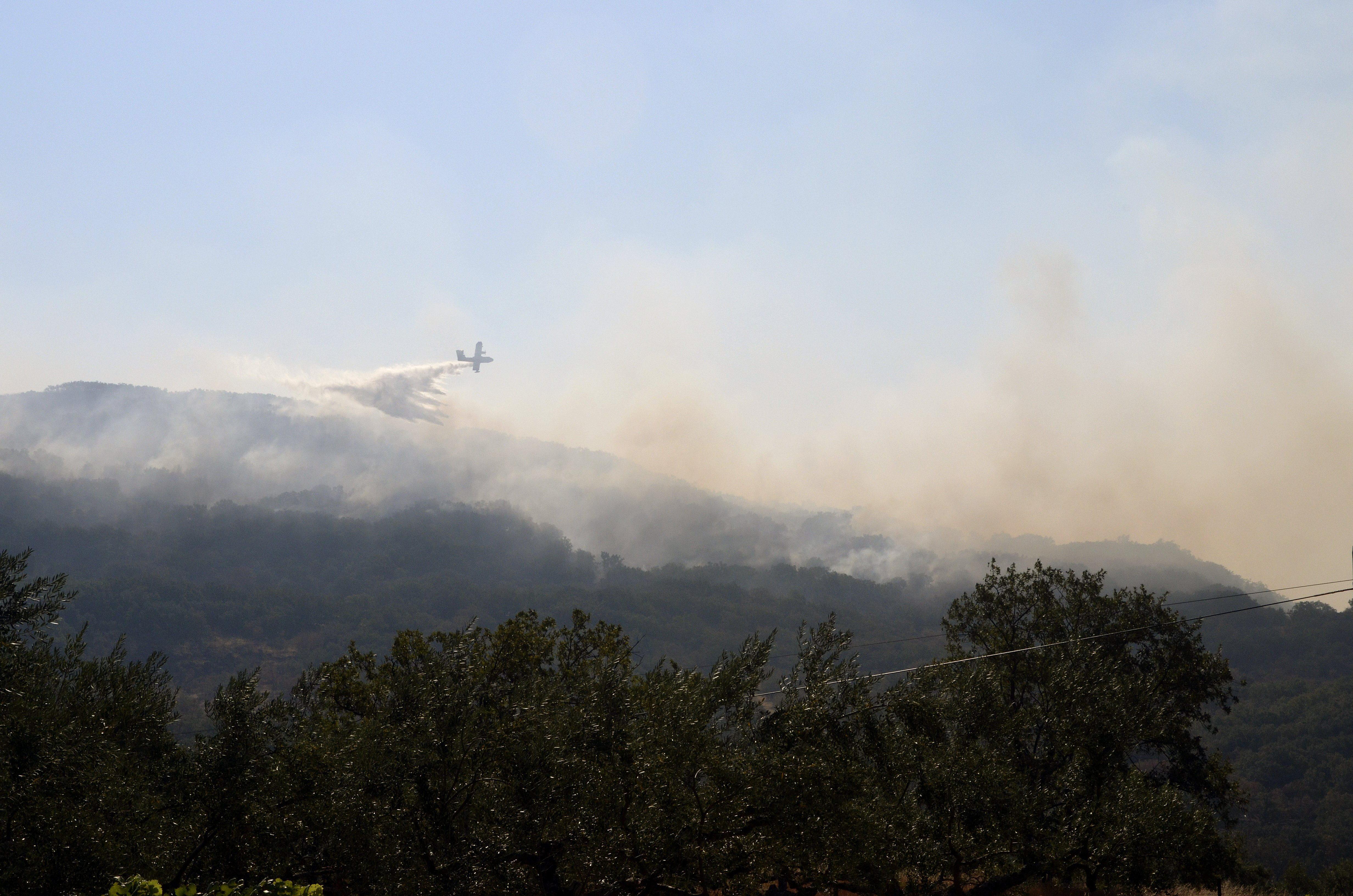 Nueve medios aéreos del Ministerio combaten los incendios en Coruña y Cáceres
