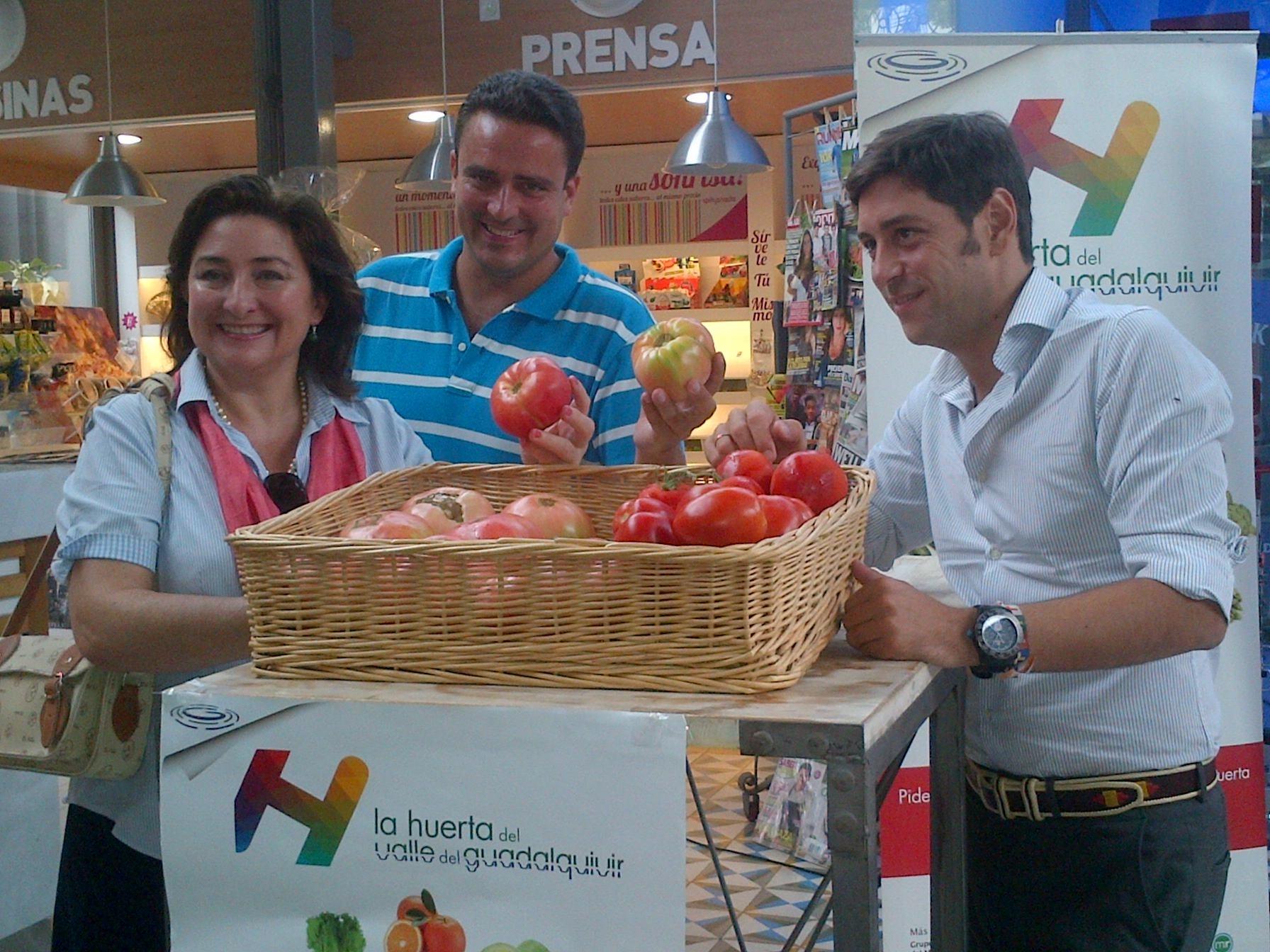 Reparten en dos horas y media los mil kilos de tomate del Mercado Victoria coincidiendo con la »Tomatina»