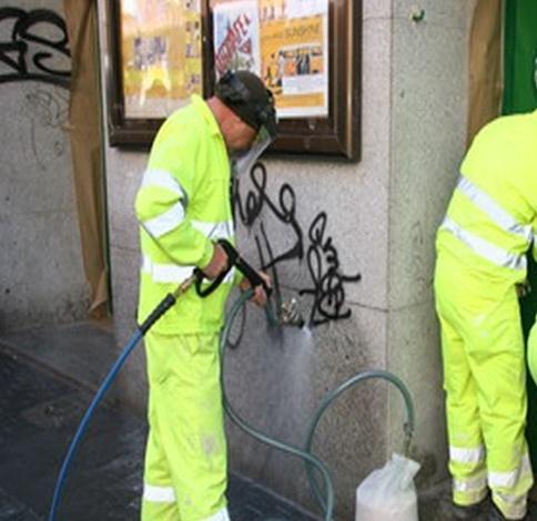 Técnicos de la empresa municipal de limpiezas diseñan un equipo que duplica la capacidad contra las pintadas