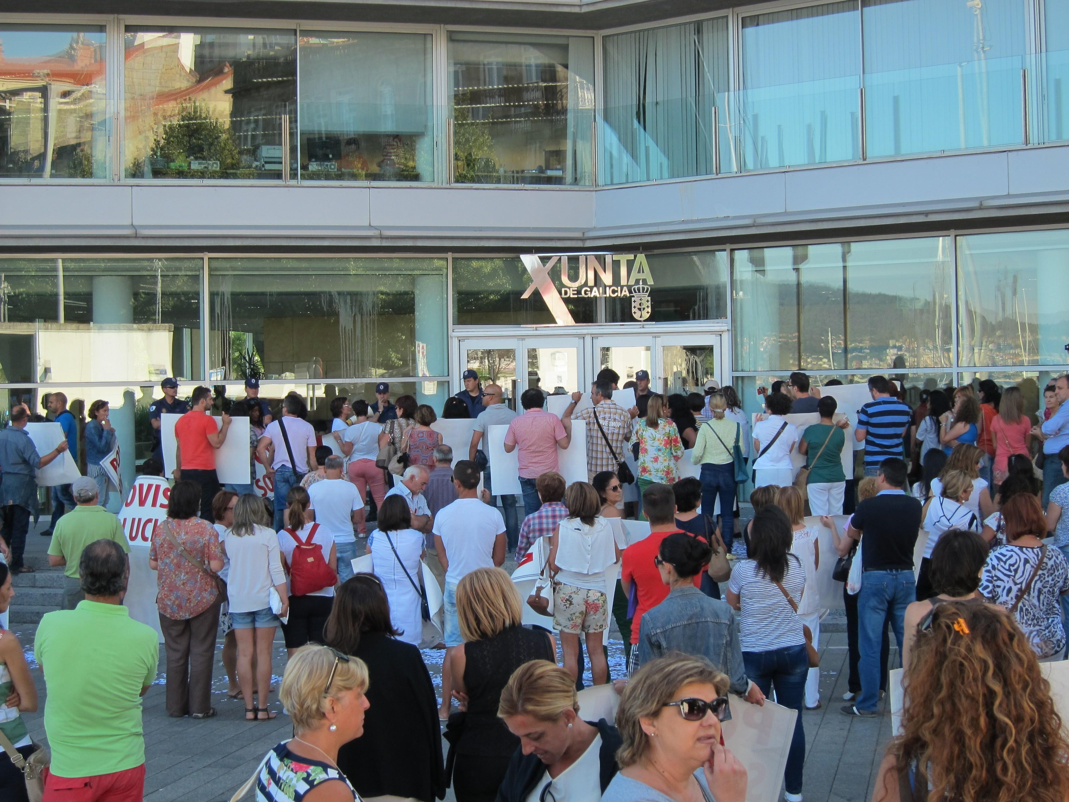 Trabajadores de Povisa se concentran en la delegación de la Xunta y la acusan de «pasar olímpicamente» de los pacientes