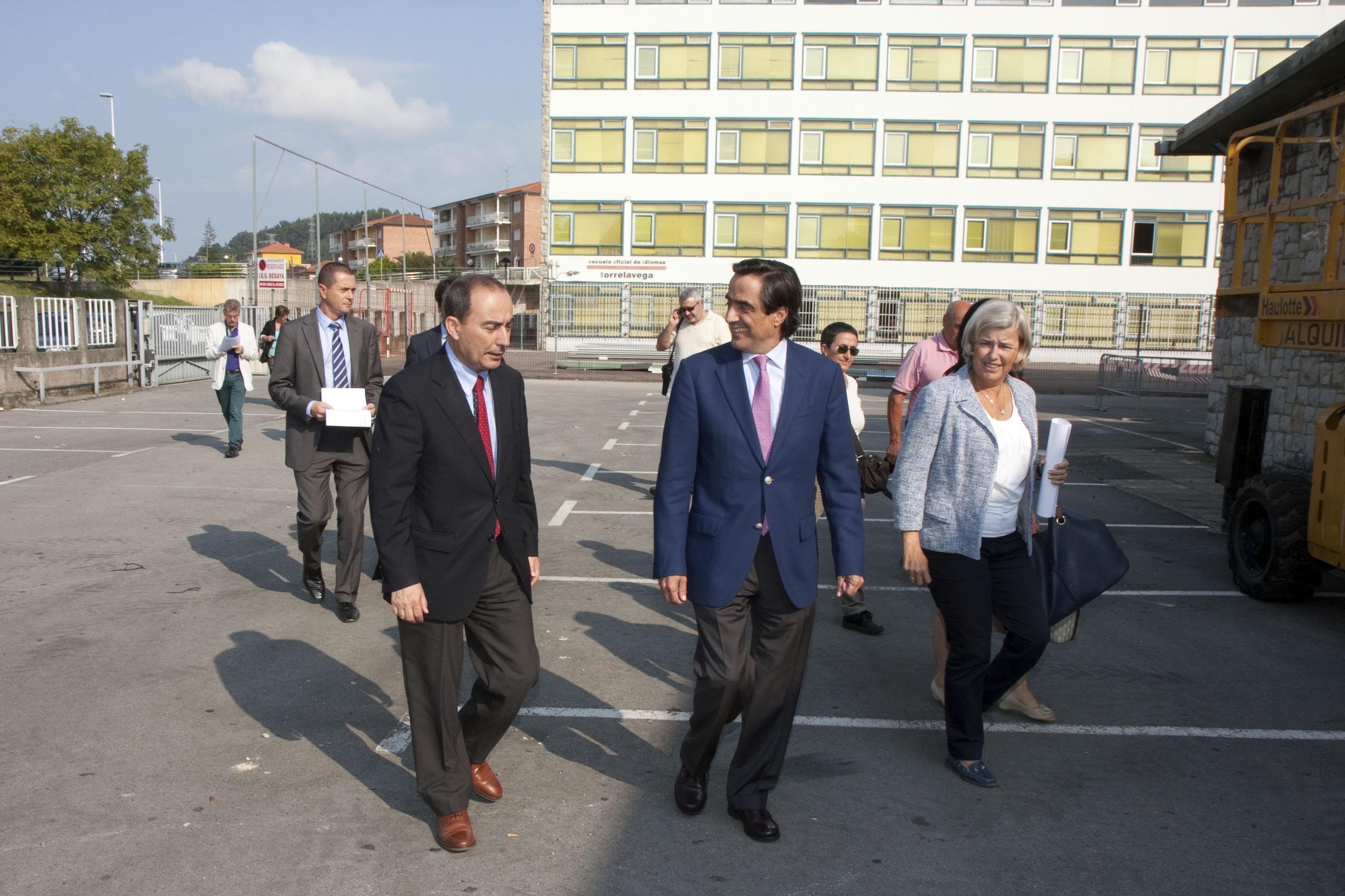 El consejero de Educación y el alcalde supervisan el fin de las obras del instituto »Besaya»