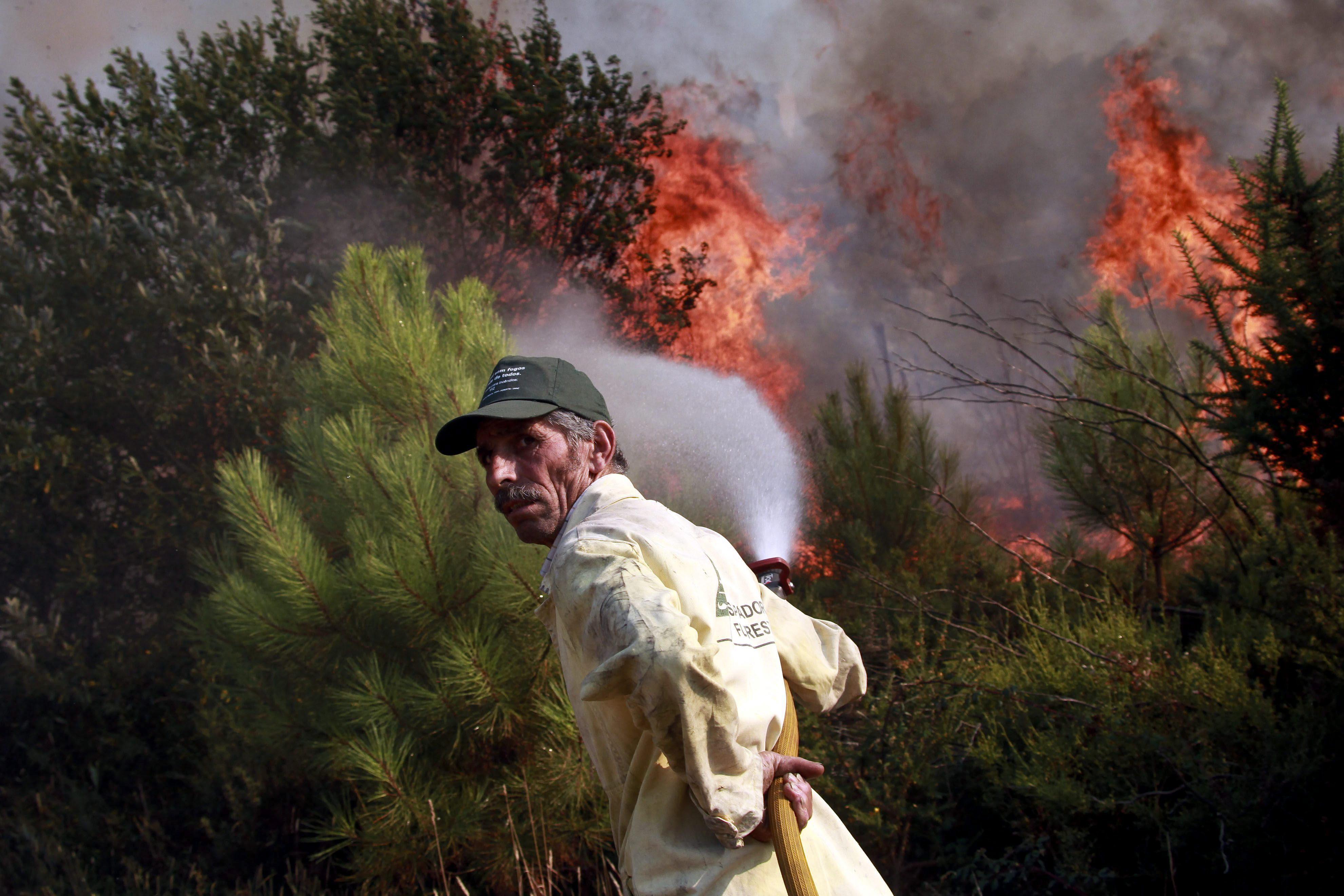 Una decena de importantes fuegos forestales, activos en el norte de Portugal