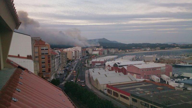 Un incendio forestal en Ribeira (La Coruña) obliga a cortar la autovía