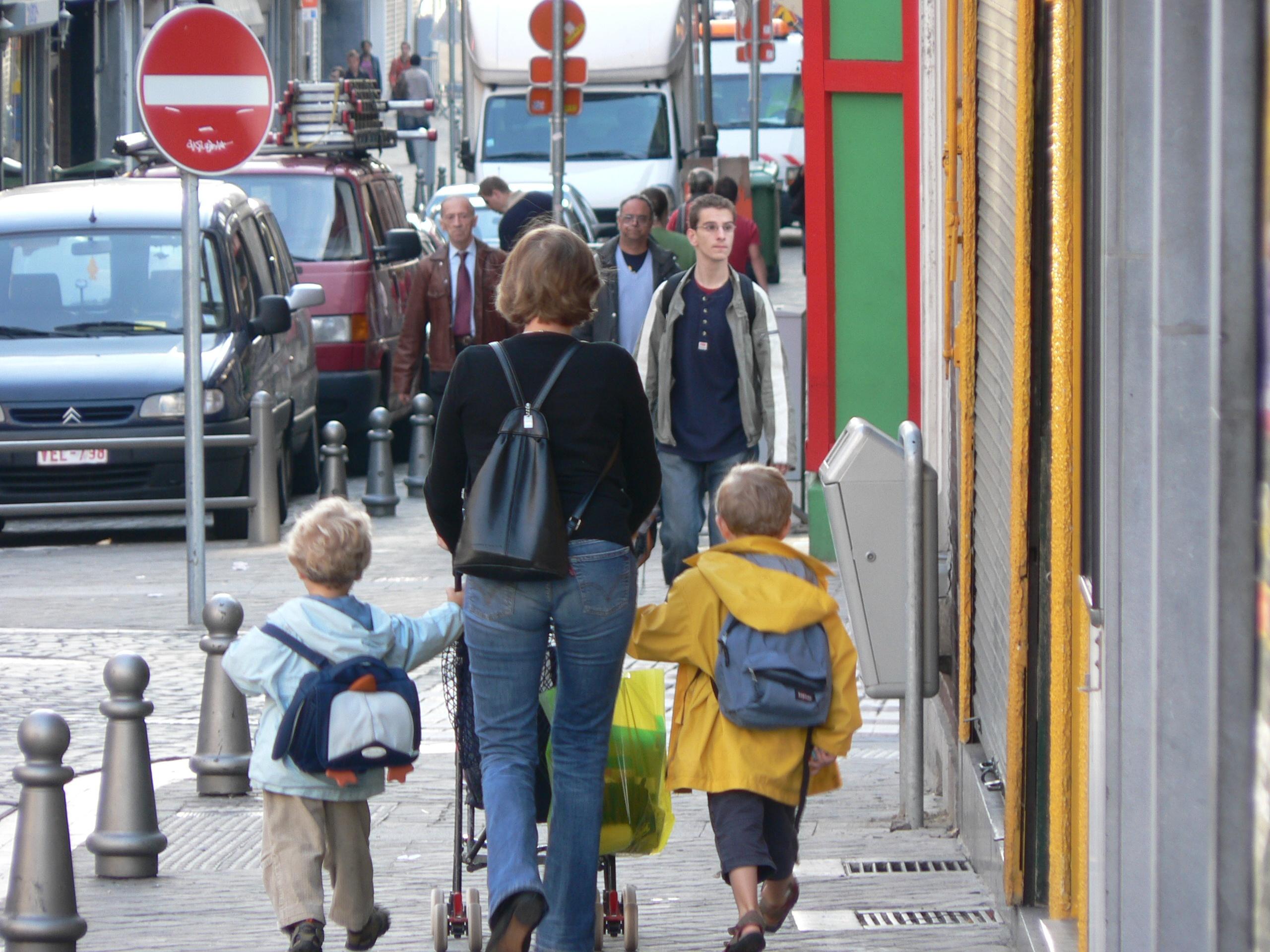¿Cómo afecta el exceso de peso en las mochilas de los niños?