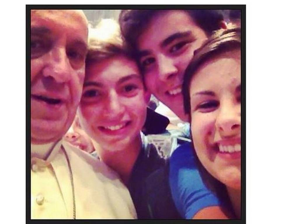 Papa Francisco triunfa en redes sociales con una foto »selfie» con un grupo de jóvenes