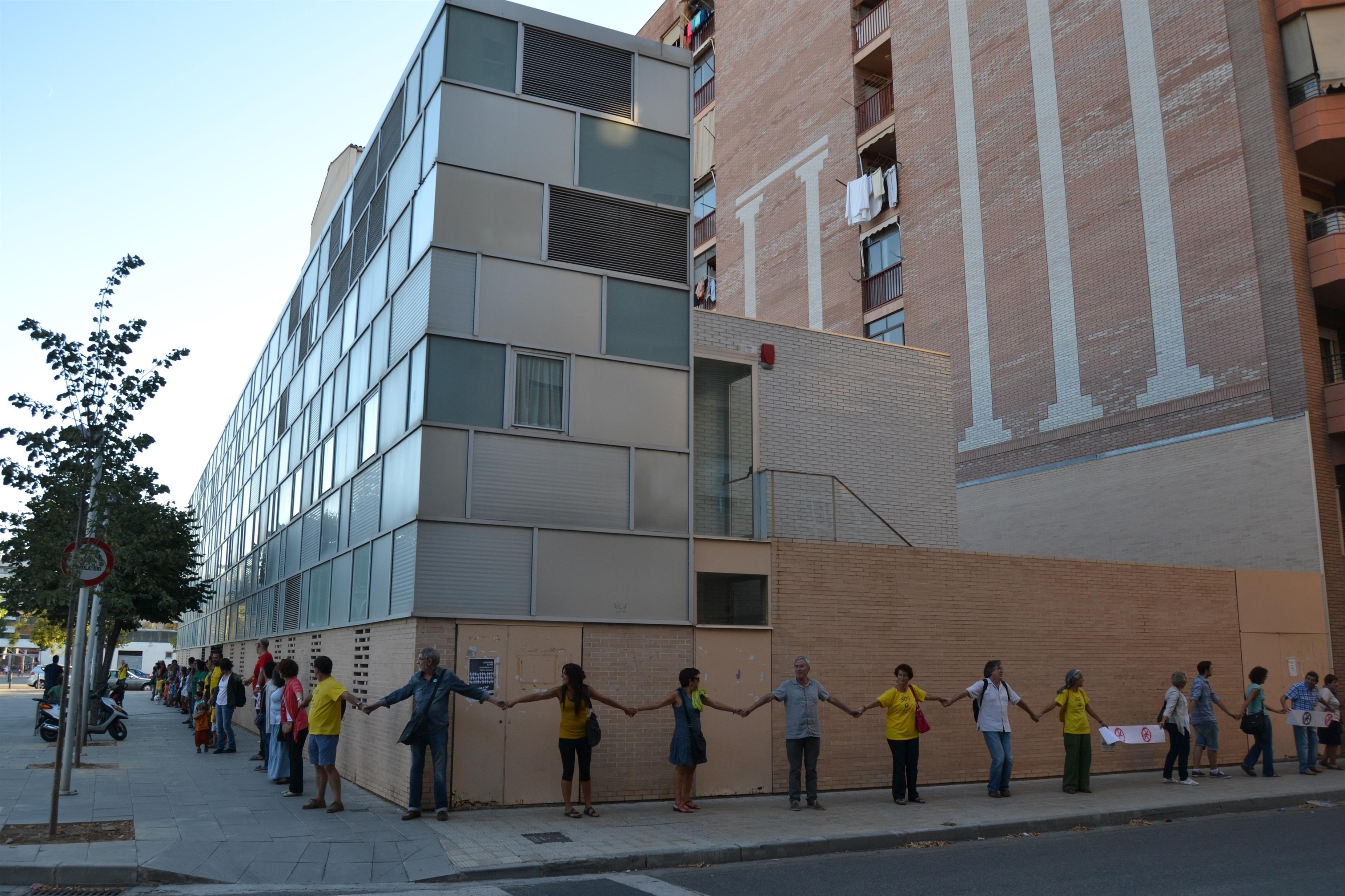 Cadena humana en un CAP de Lleida para reclamar un proyecto político de derechos sociales