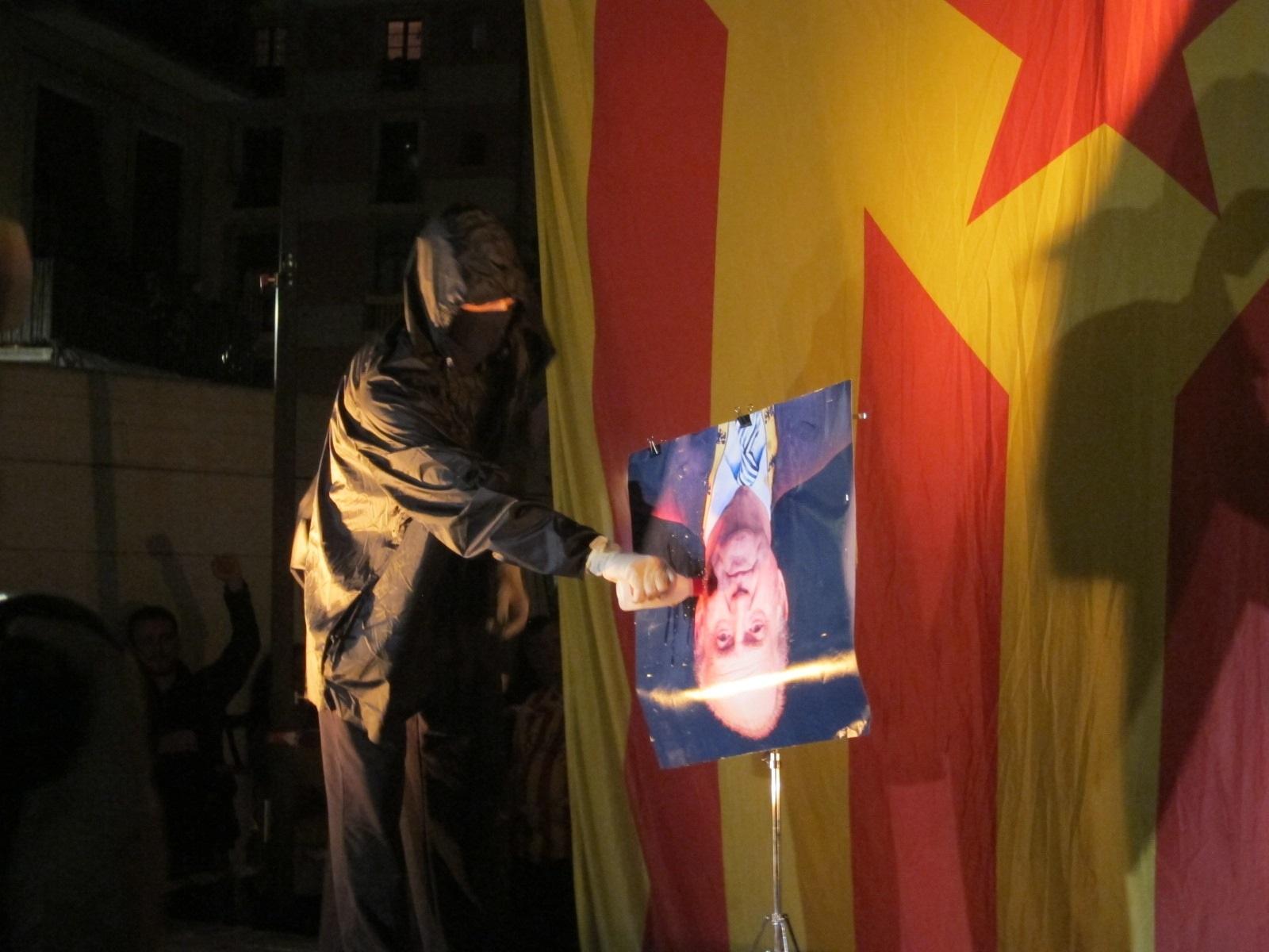 Queman un retrato del Rey bocabajo y una bandera española tras la manifestación anticapitalista