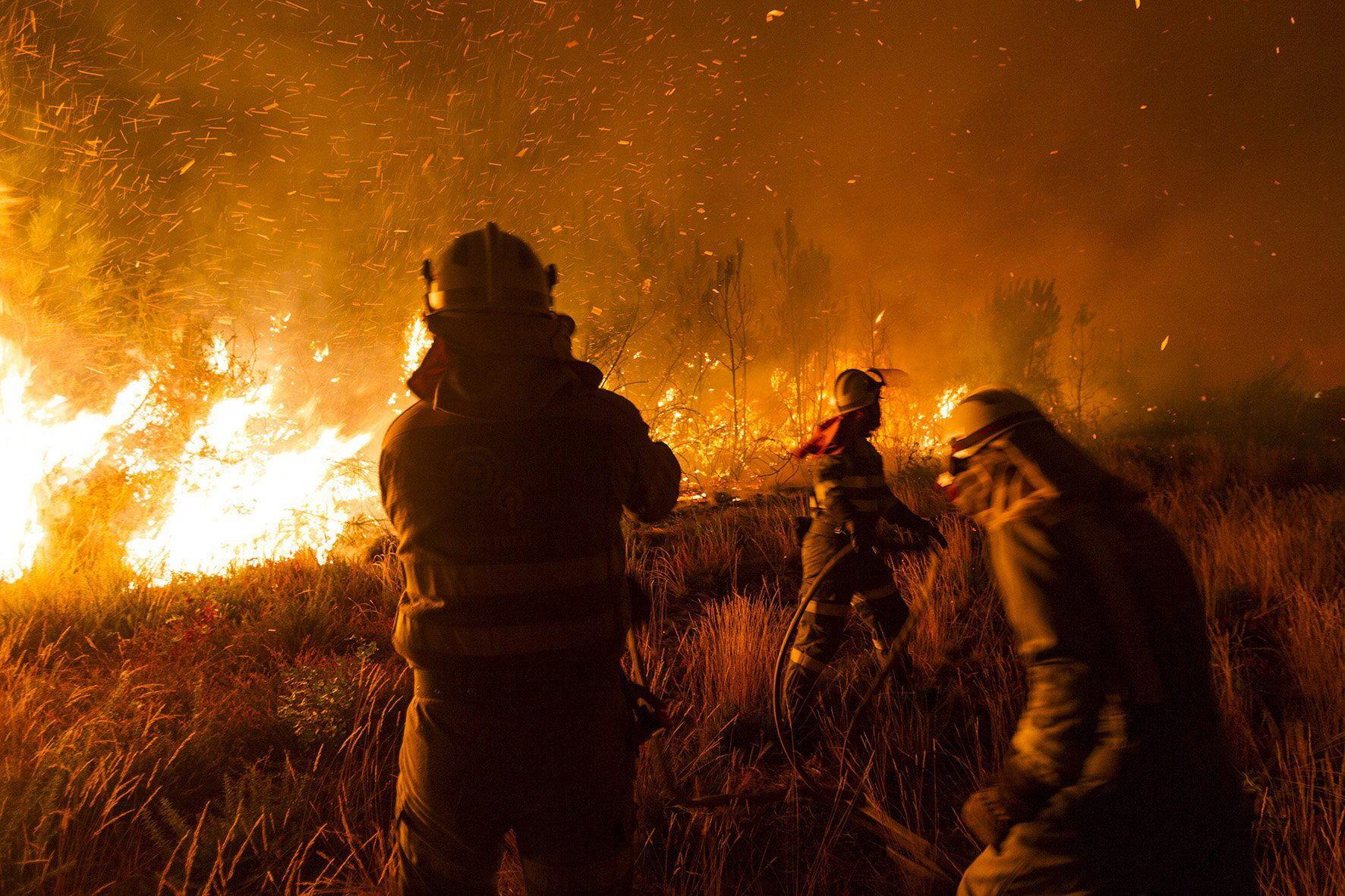Los fuegos en Galicia afectan a 2.350 hectáreas y amenazan varias poblaciones