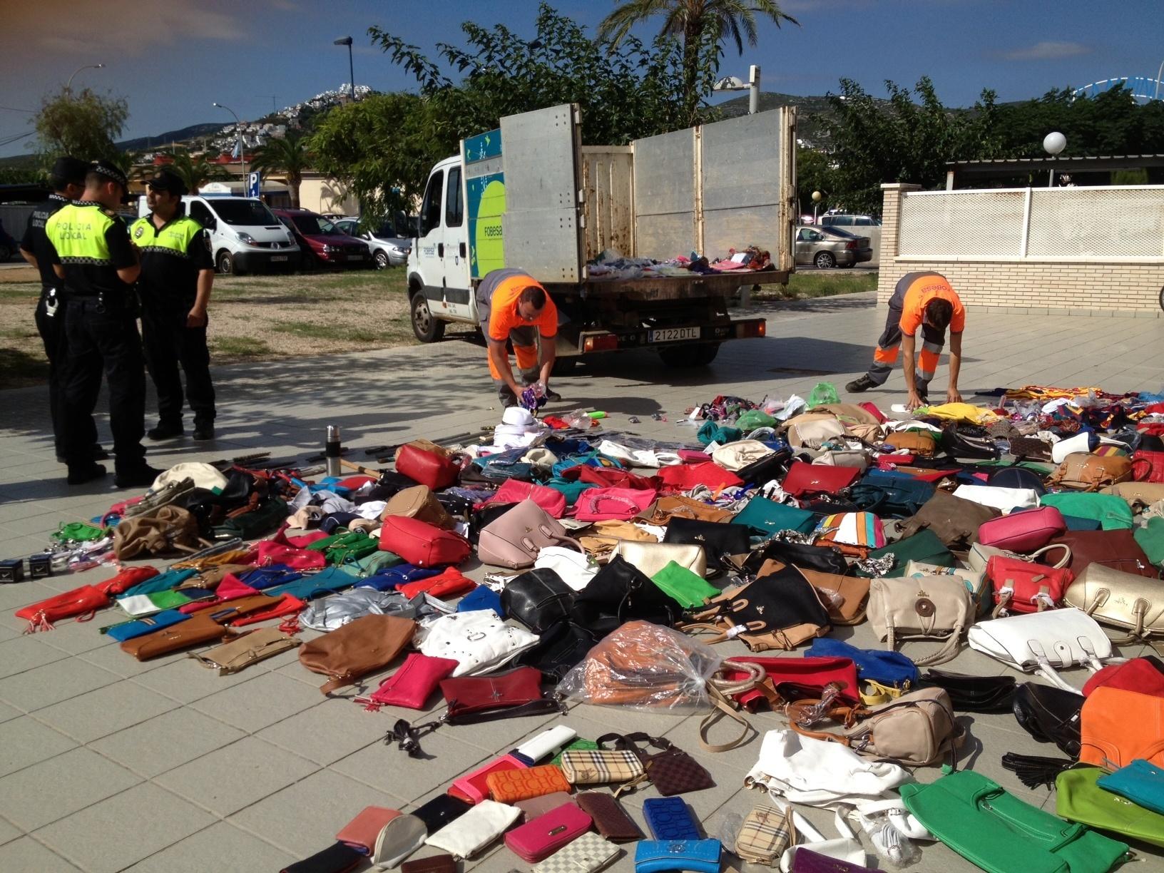La Policía Local de Peñíscola destruye 2.000 artículos procedentes del »top manta»