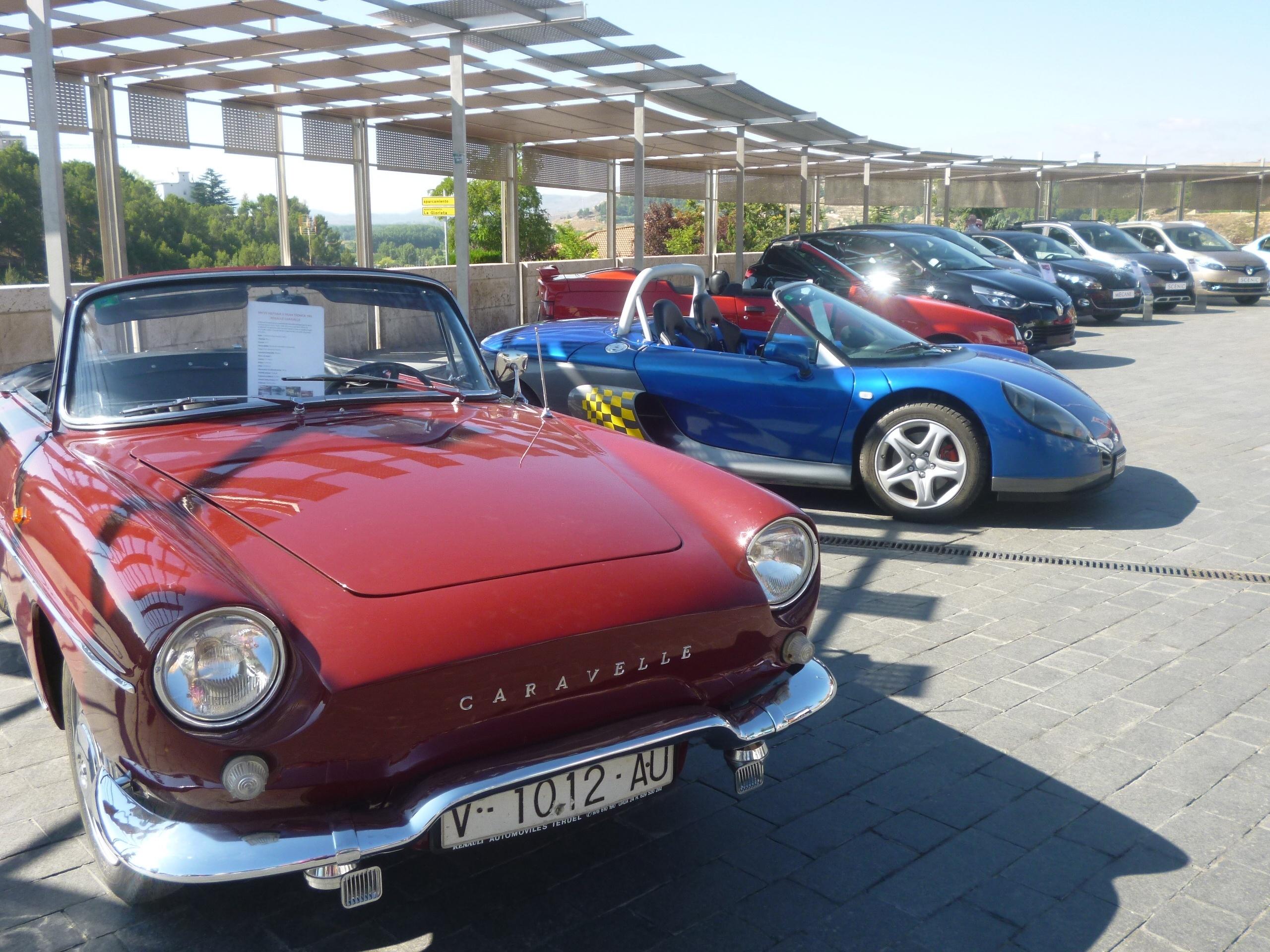 Una exposición recorre en Teruel la evolución de los coches de Renault desde mediados del siglo XX hasta la actualidad