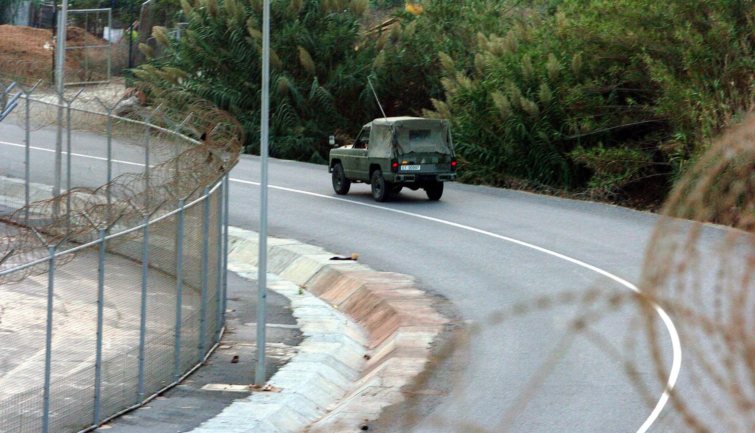 Un todoterreno asalta la frontera de Ceuta con inmigrantes y hiere a un guardia civil