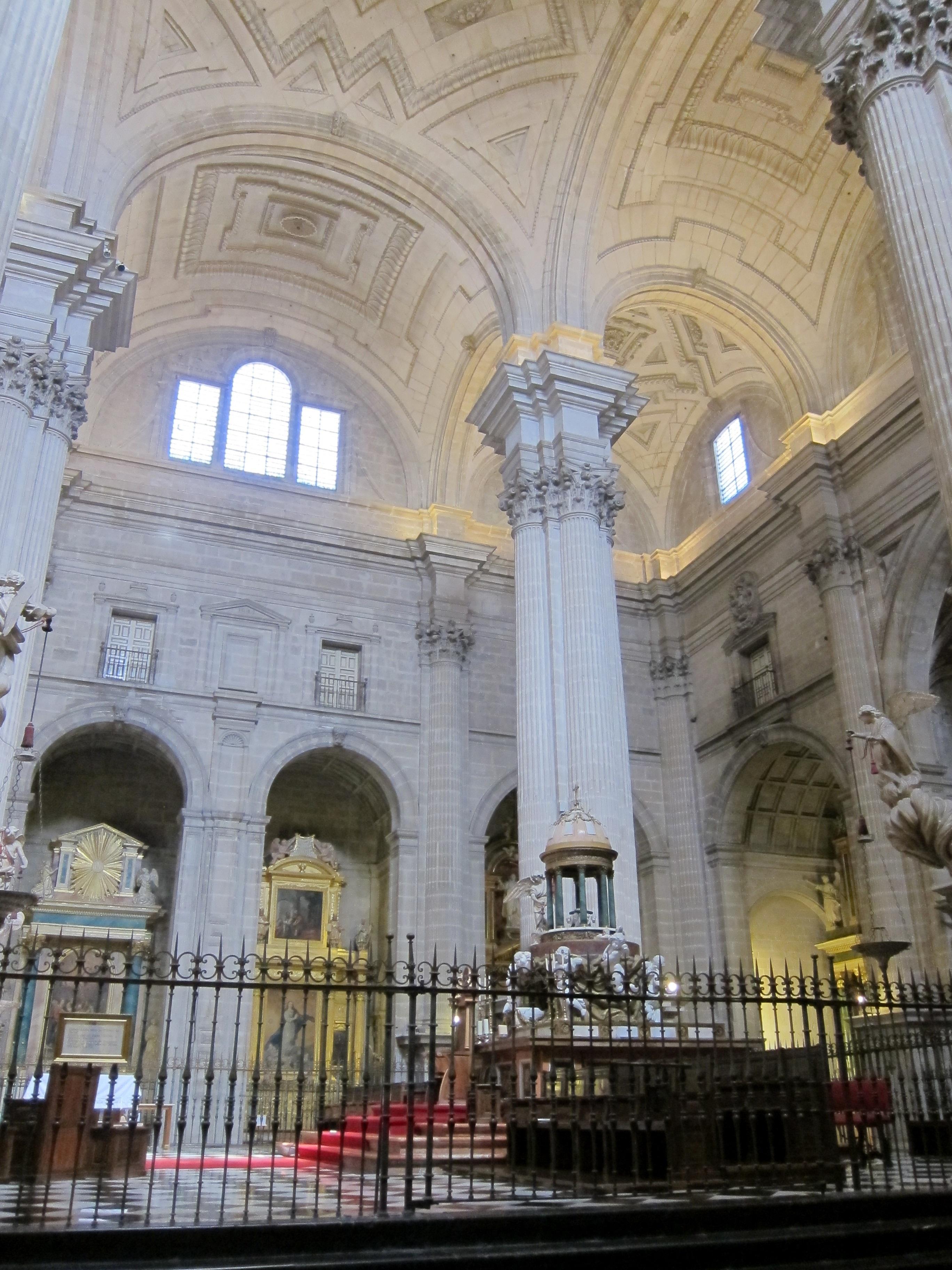 El Colegio de Aparejadores, Arquitectos Técnicos e Ingenieros de Edificación adquiere 600 pulseras de la Catedral